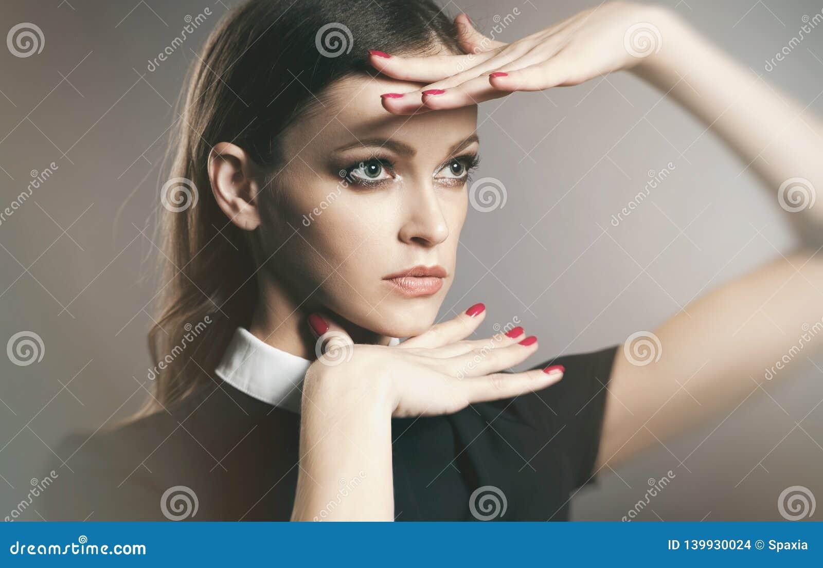 Retrato de Vogue de una cara hermosa del wooman