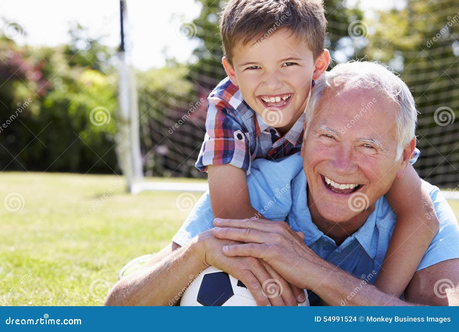 Retrato del abuelo y del nieto con fútbol