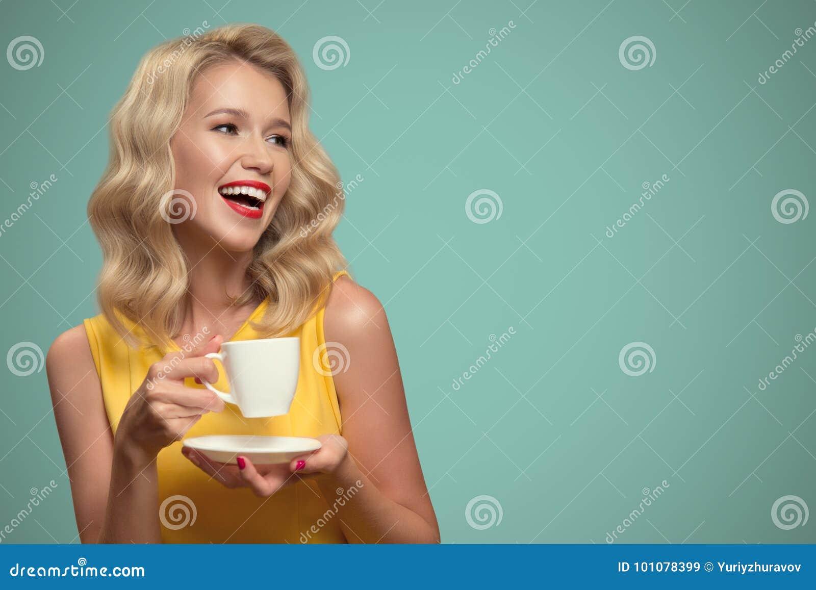Retrato del arte pop del café de consumición de la mujer hermosa en la parte posterior del azul