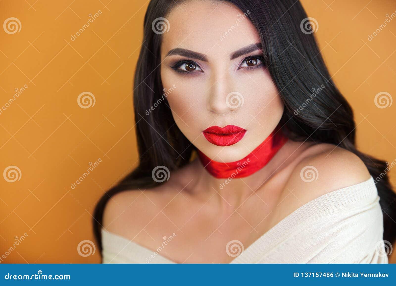Retrato del artista de maquillaje profesional de la muchacha hermosa de la muchacha