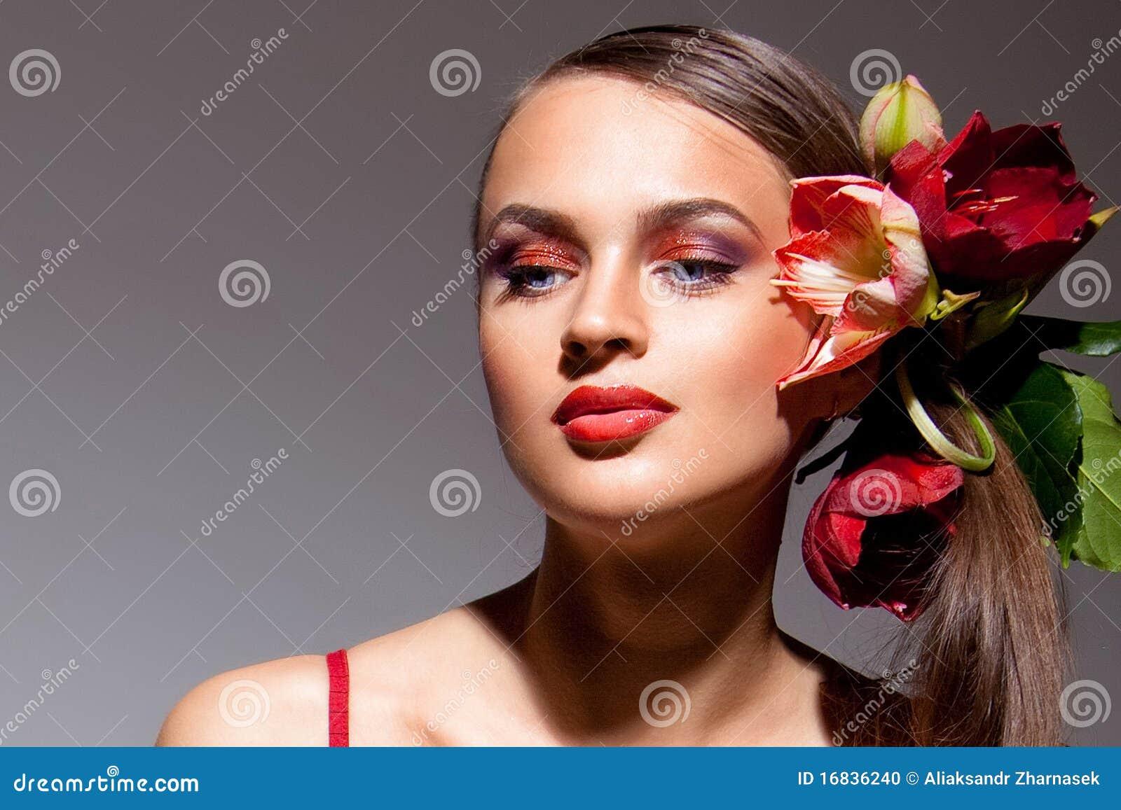 Retrato del blonde hermoso con las flores