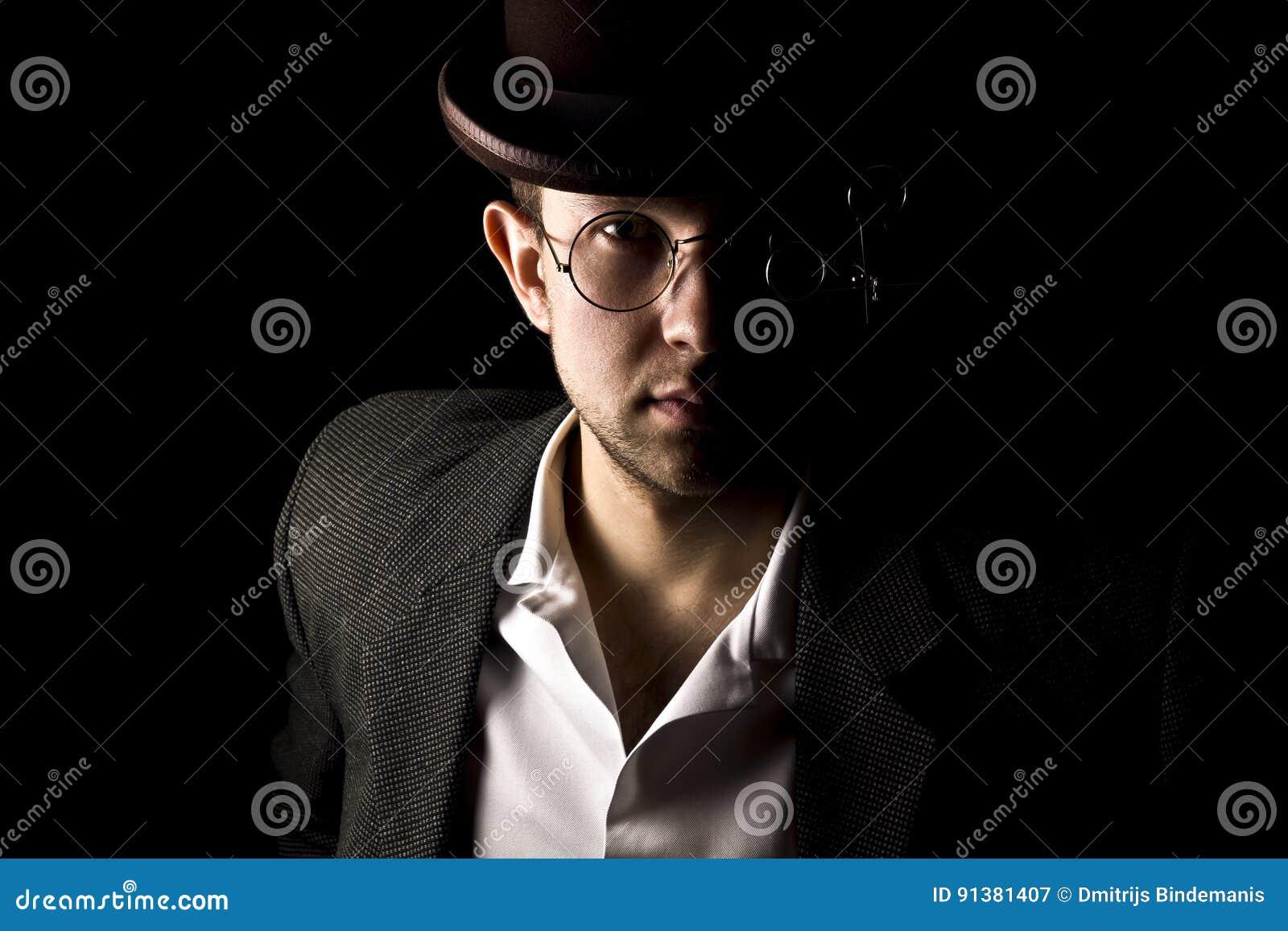 Retrato del caballero joven y atractivo en llevar retro del estilo