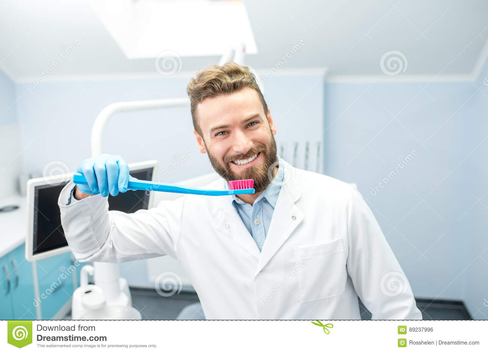 Retrato del dentista divertido