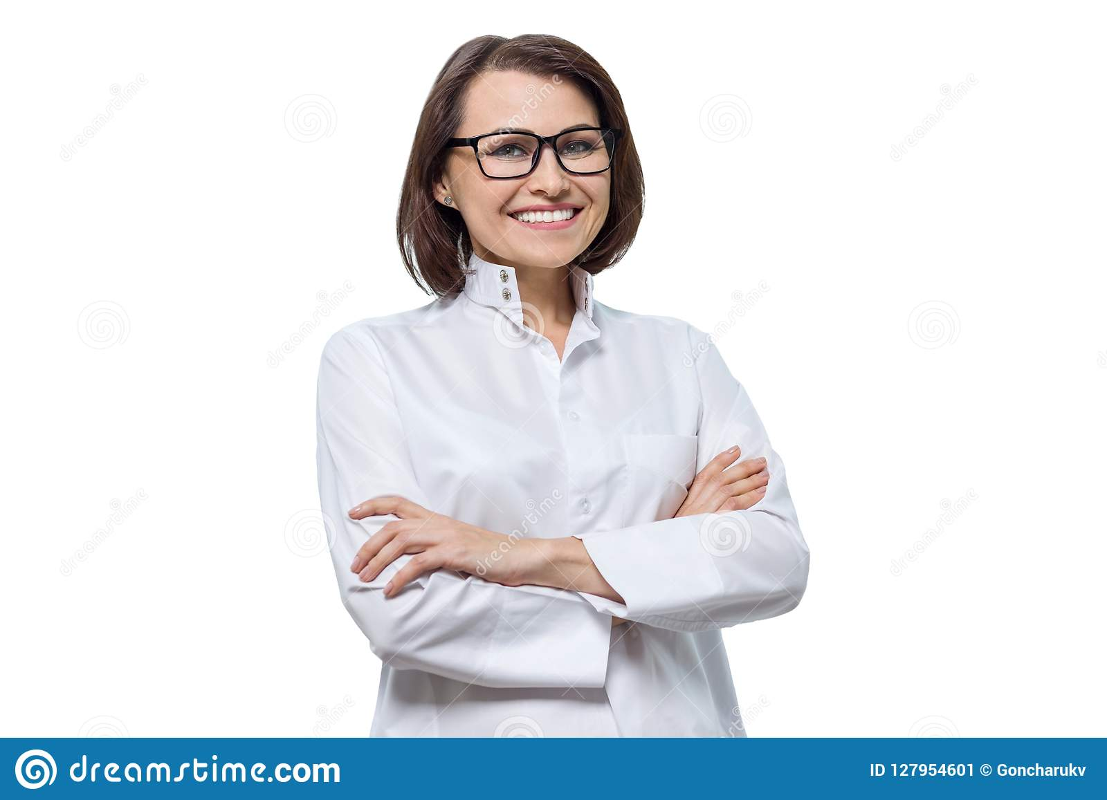 Retrato del doctor de sexo femenino sonriente con los brazos cruzados, fondo blanco del cosmetologist del adulto, aislado