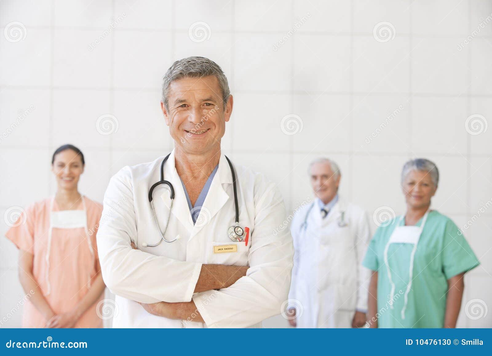 Retrato del doctor mayor con el personal