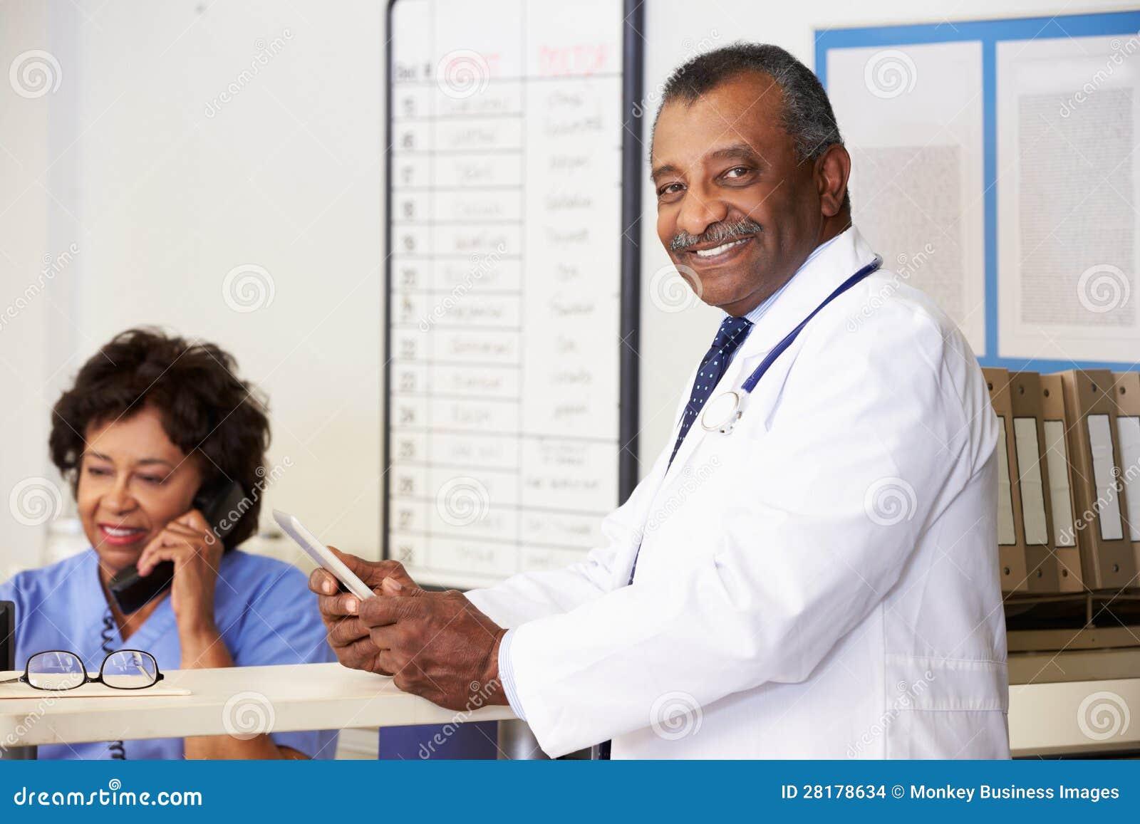 Retrato del doctor At Nurses Station