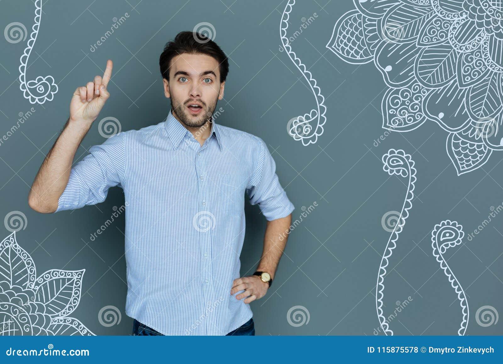 Retrato del encargado emocionado en proceso de pensamiento