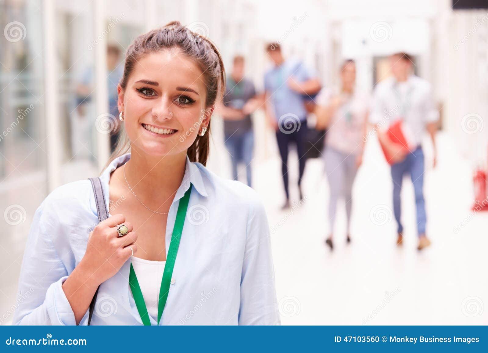 Retrato del estudiante universitario de sexo femenino In Hallway