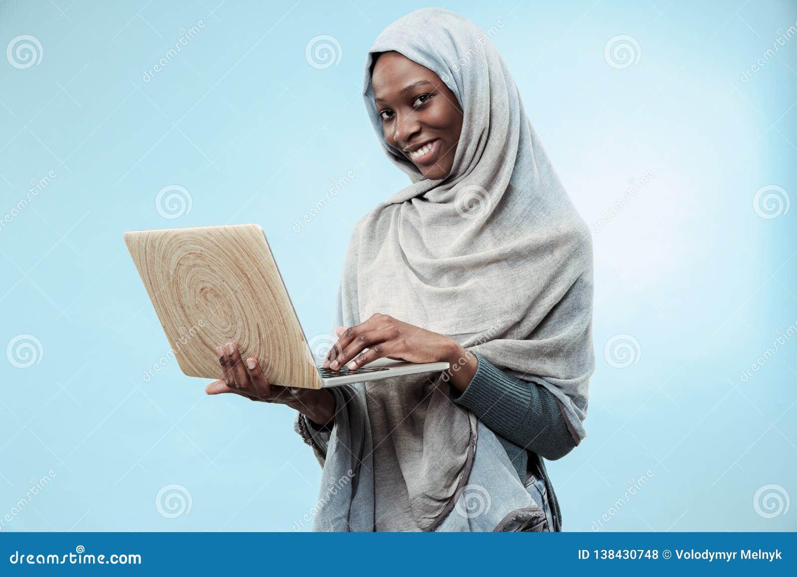 Retrato del estudiante universitario de sexo femenino Working en el ordenador portátil