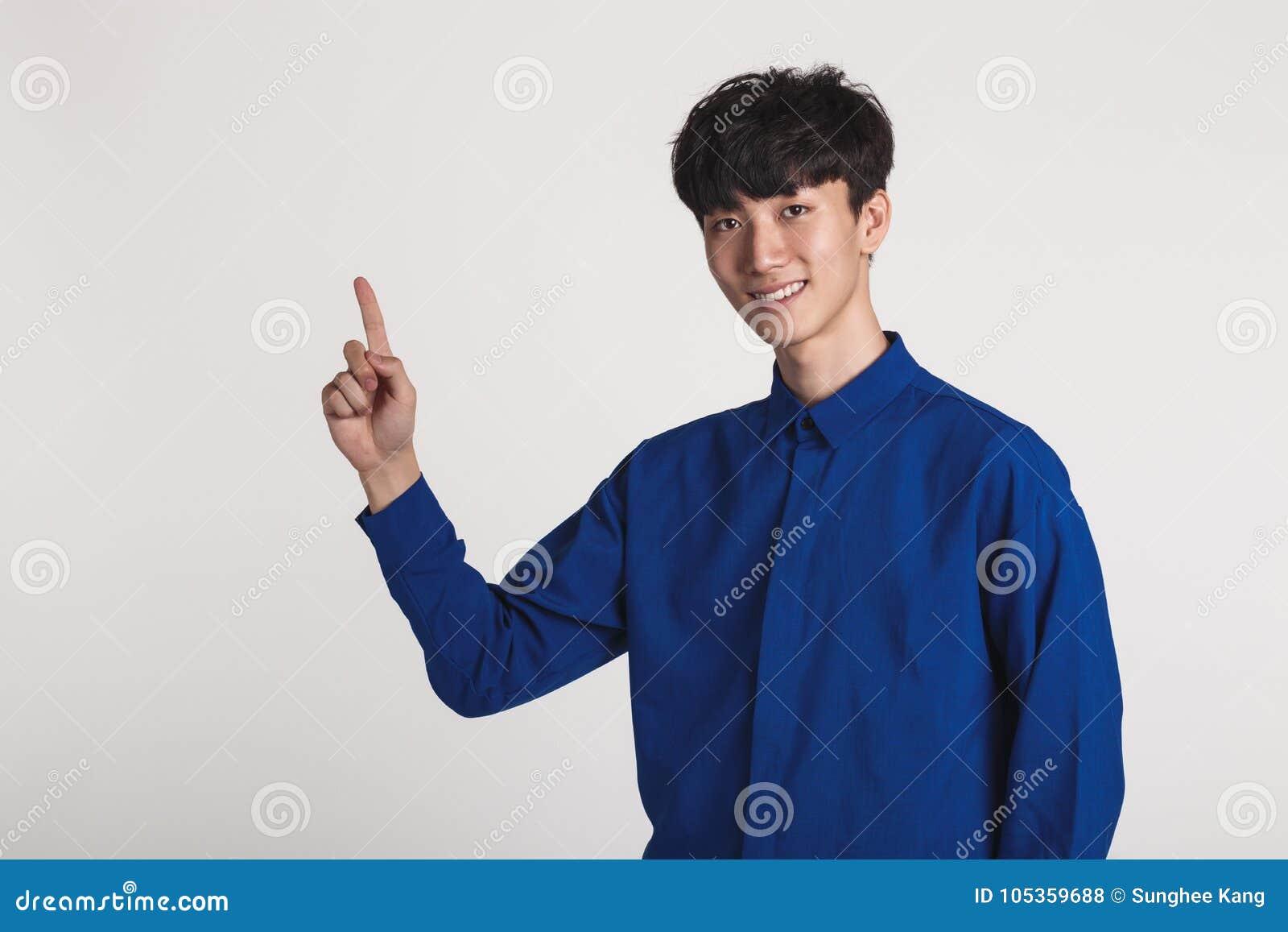 Retrato del estudio de un hombre asiático que presenta con las manos