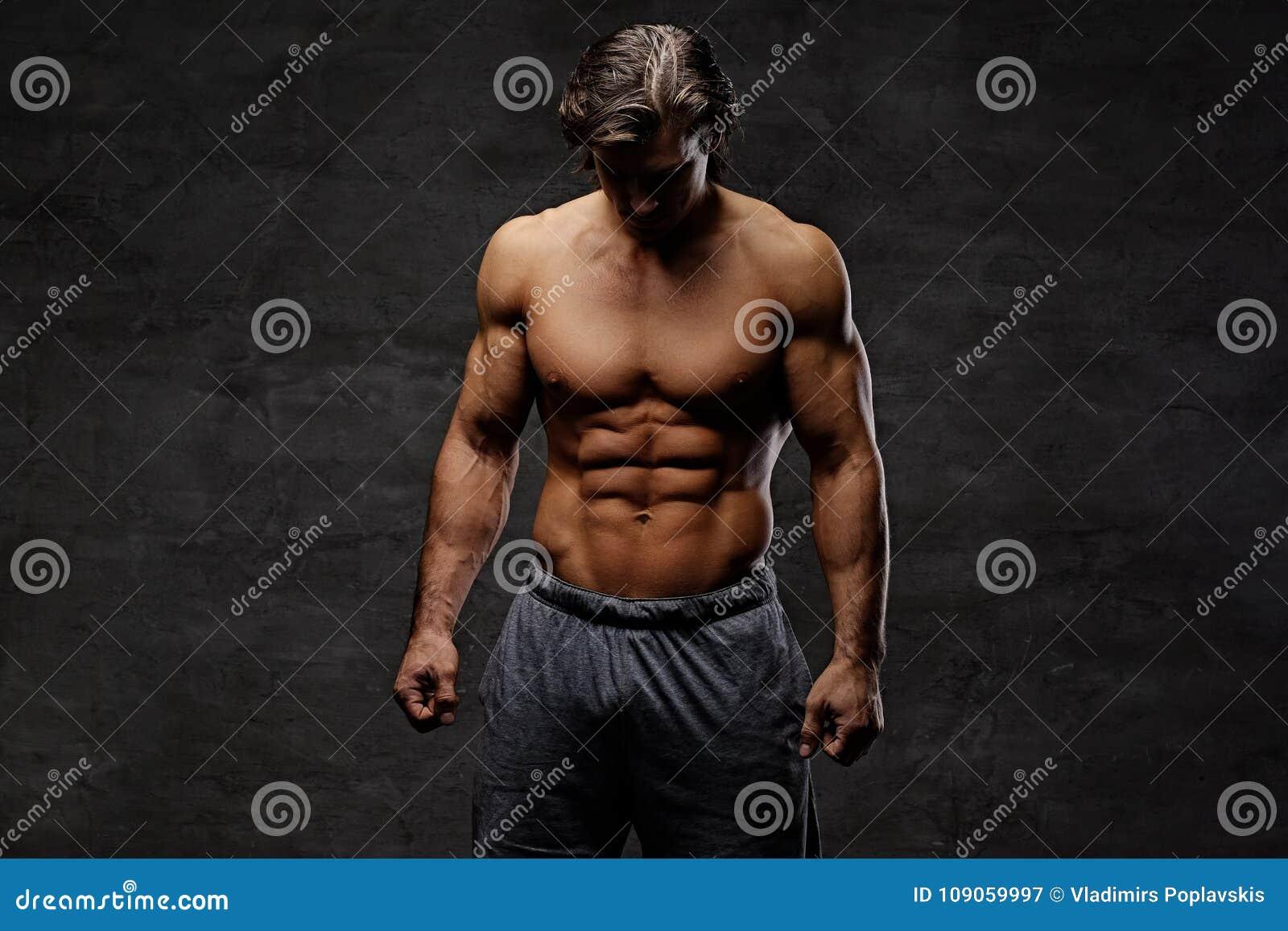 Retrato del estudio del varón muscular descamisado