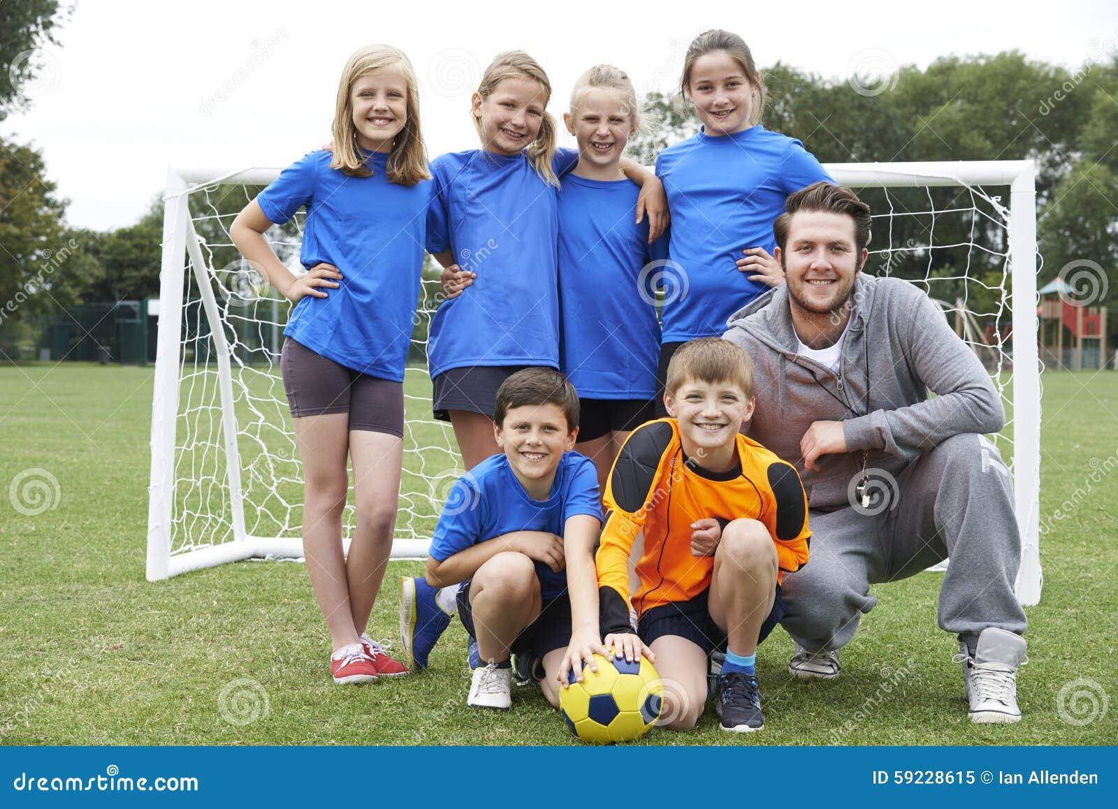 Retrato del fútbol Team With Coach de la escuela