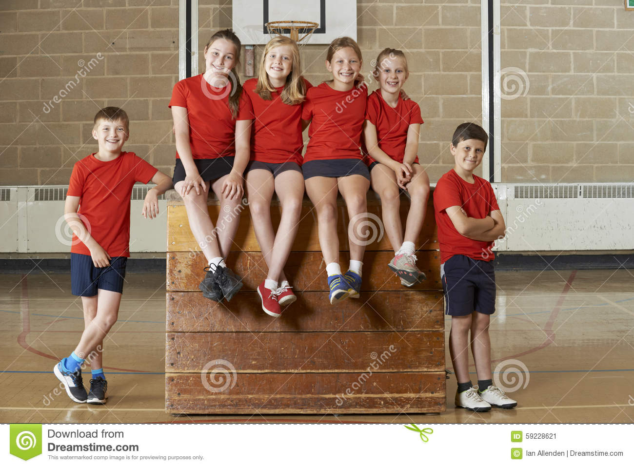 Retrato del gimnasio Team Sitting On Vaulting Horse de la escuela