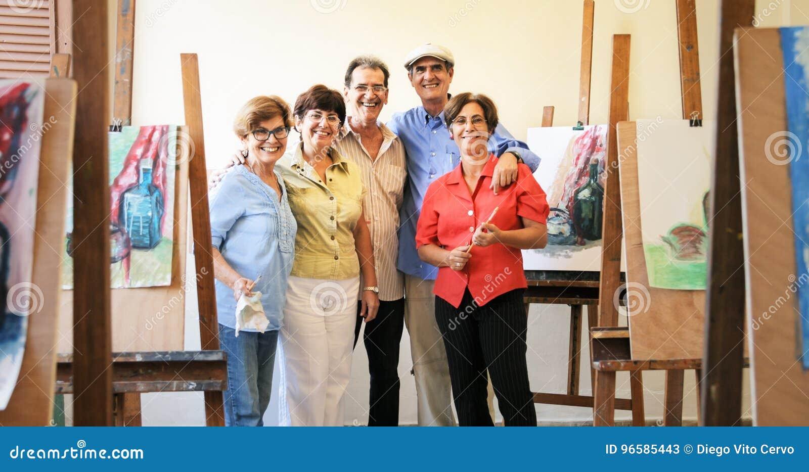 Retrato del grupo de las personas mayores que sonríen en Art School