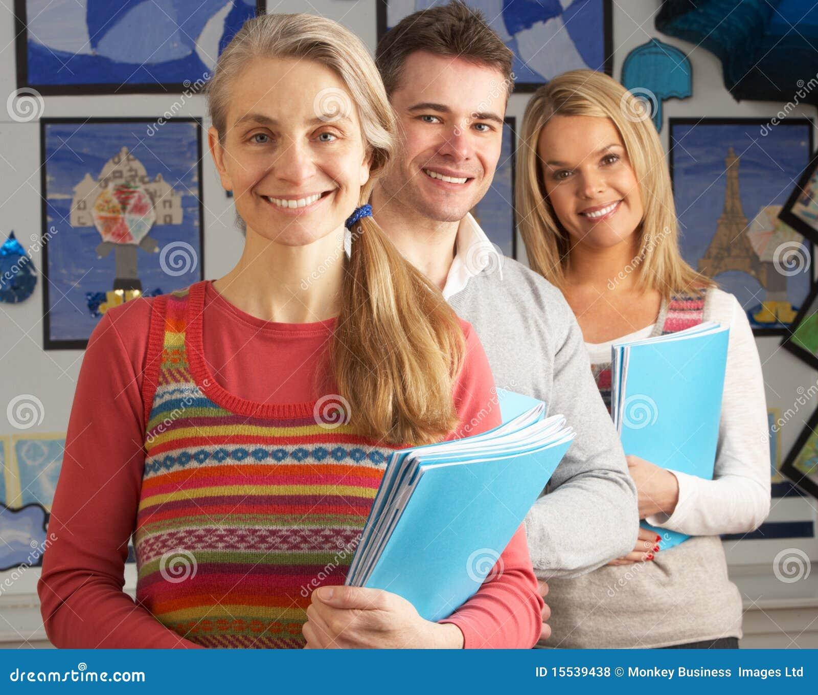 Retrato del grupo de profesores en sala de clase