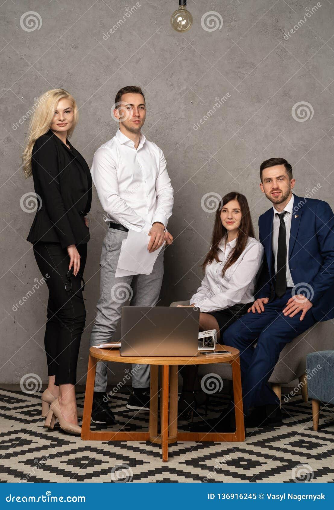 Retrato del grupo del equipo profesional del negocio que mira con confianza la cámara