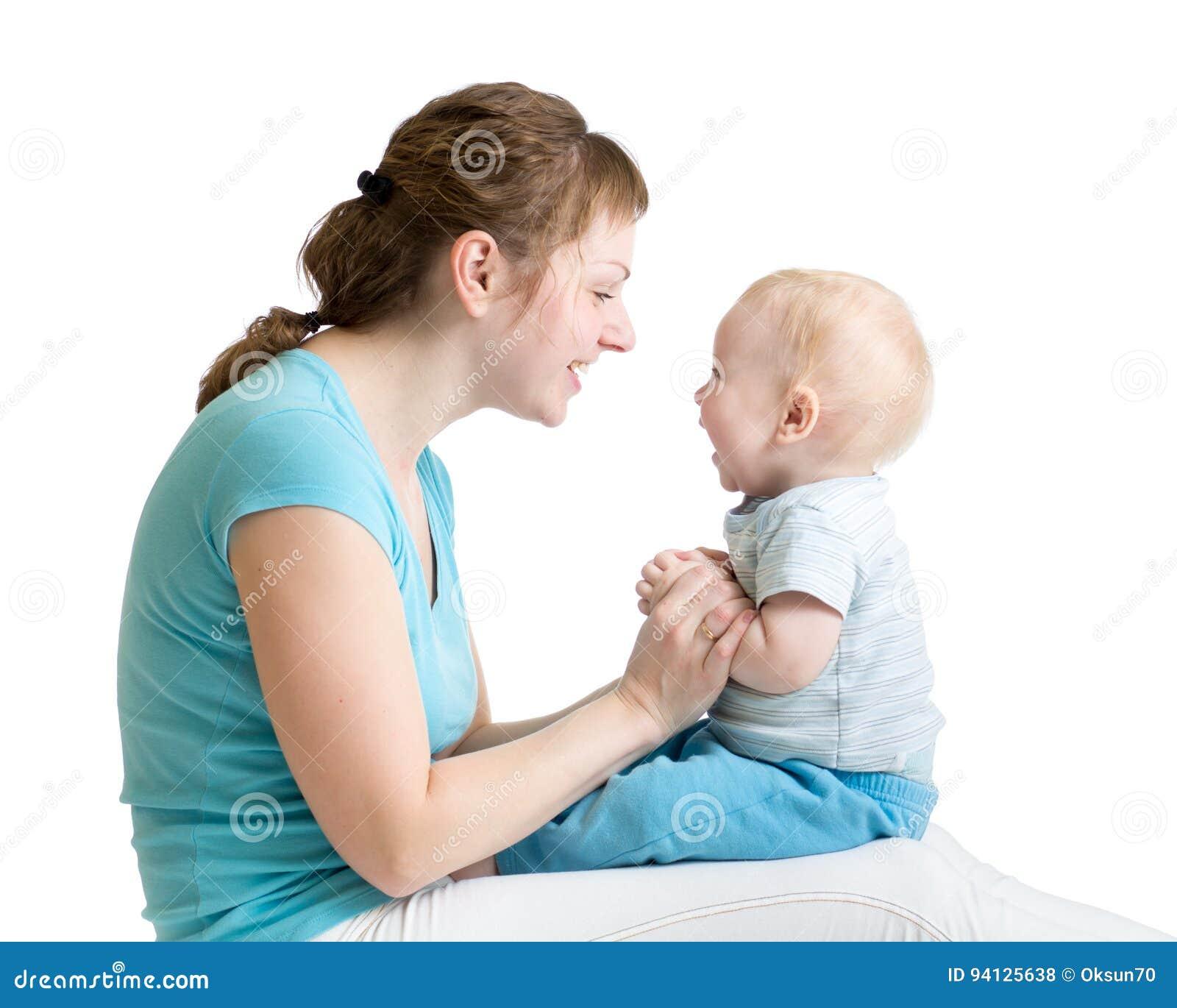 Retrato del hijo de la madre y del bebé que ríe y que juega