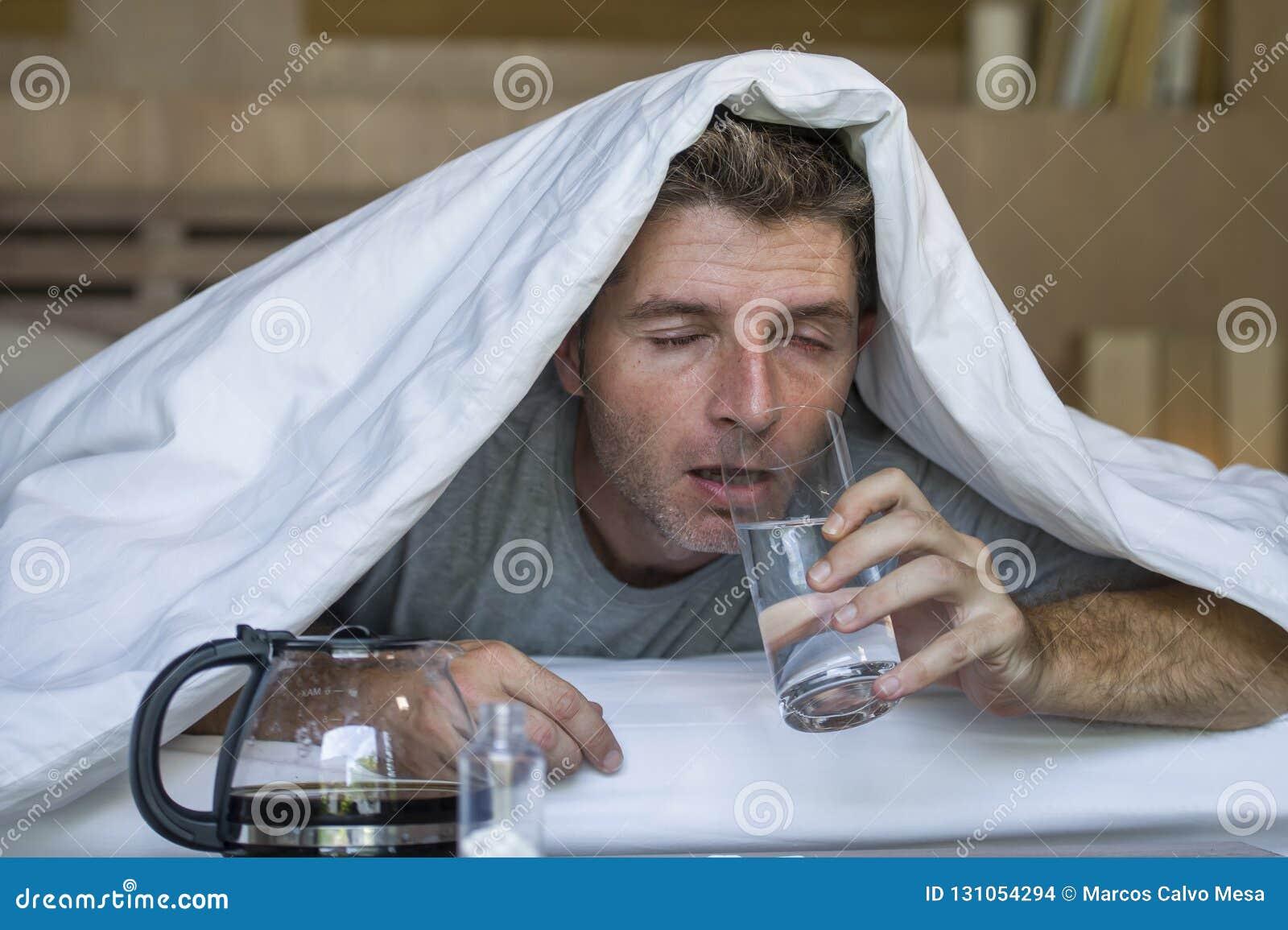 Retrato del hogar de la forma de vida del hombre agotado y perdido joven que despierta dolor de cabeza y resaca sufridores despué