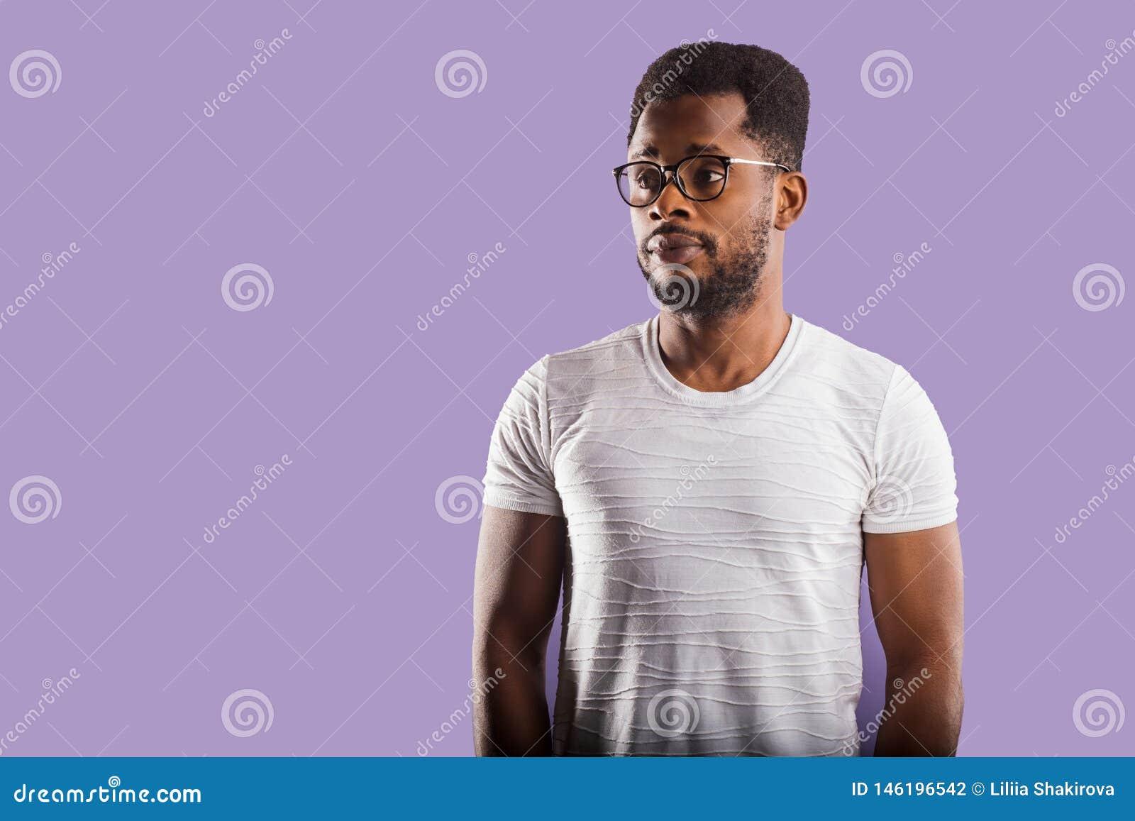 Retrato del hombre afroamericano joven hermoso