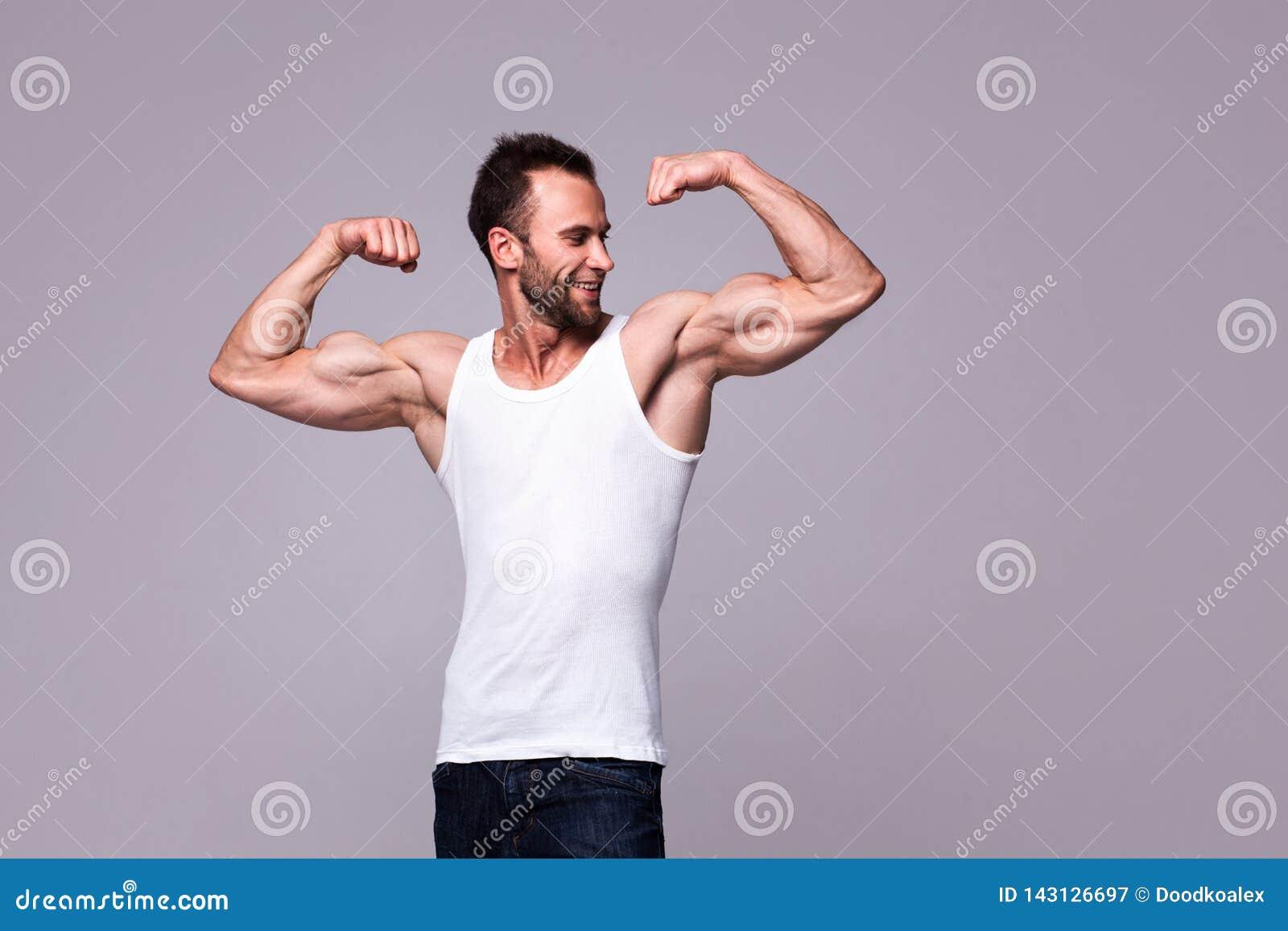 Retrato del hombre atlético en la camiseta blanca