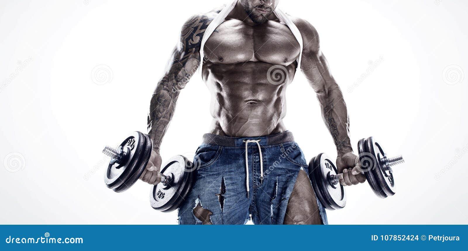 Retrato del hombre atlético fuerte de la aptitud que muestra los músculos grandes