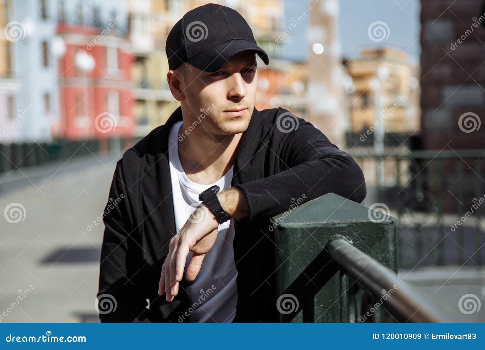 Retrato del hombre atractivo joven en fondo urbano