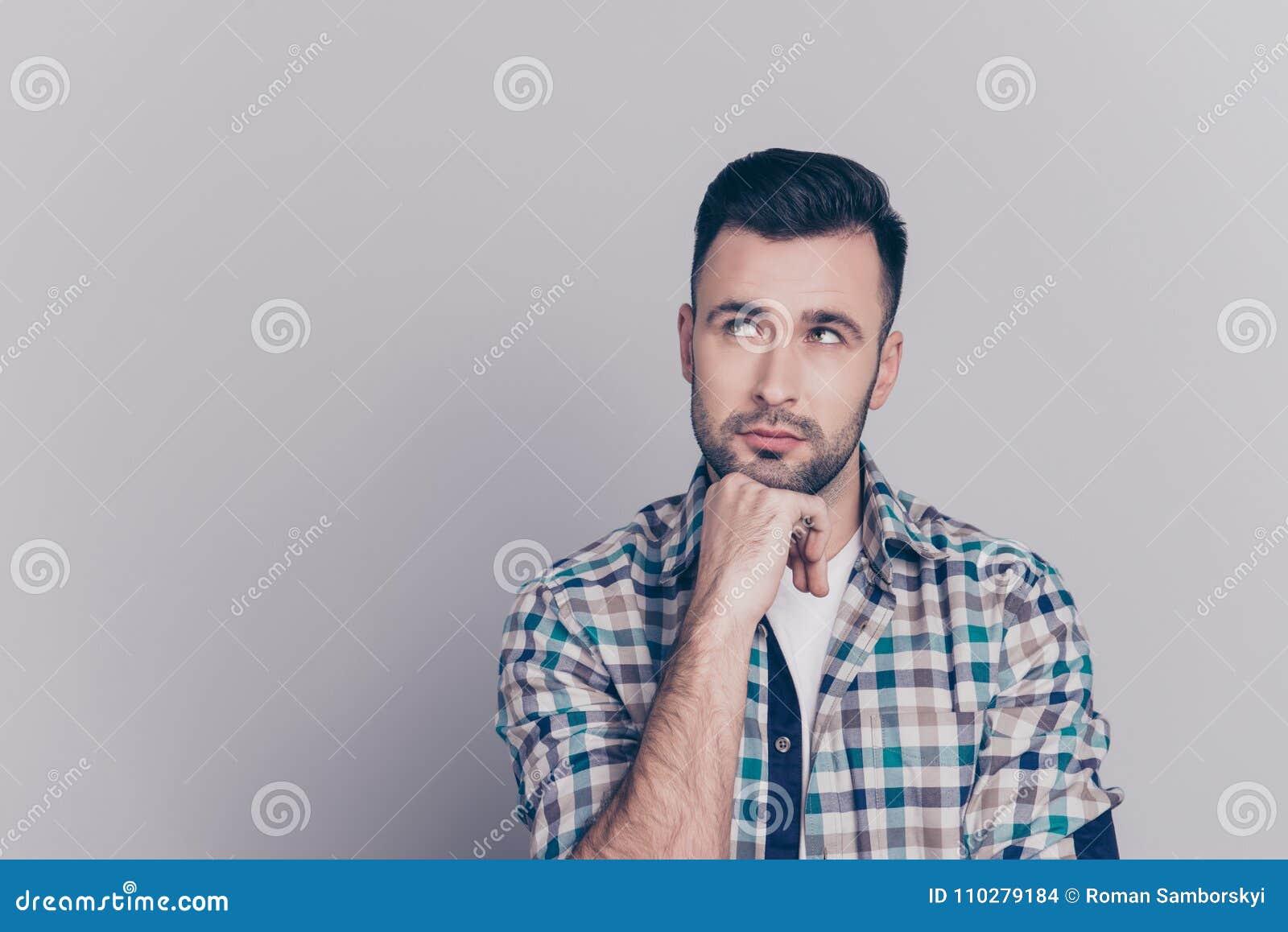 Retrato del hombre atractivo, pensativo que sostiene el brazo en la barbilla, havi