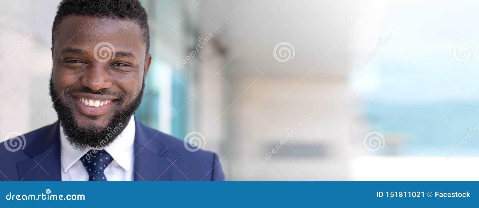 Retrato del hombre de negocios africano feliz que mira la cámara al aire libre Espacio largo de la copia