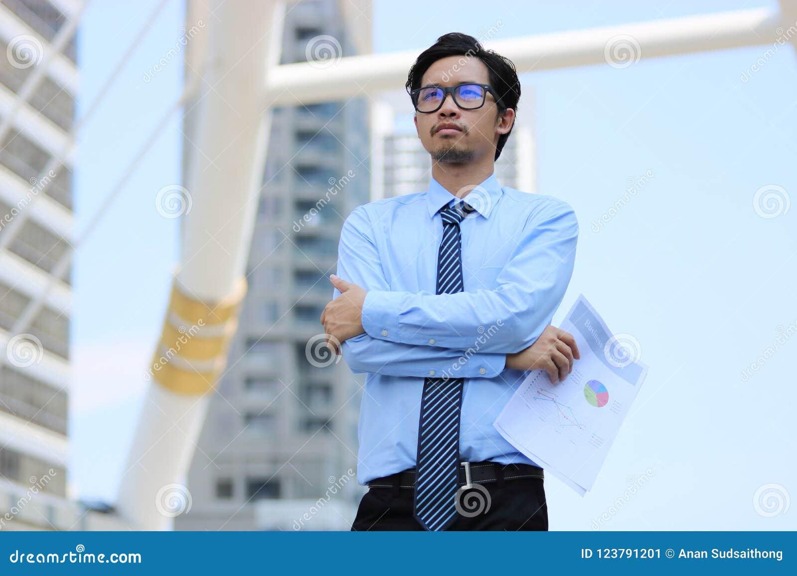 f0d9a331f Retrato Del Hombre De Negocios Asiático Joven Confiado En El Fondo ...