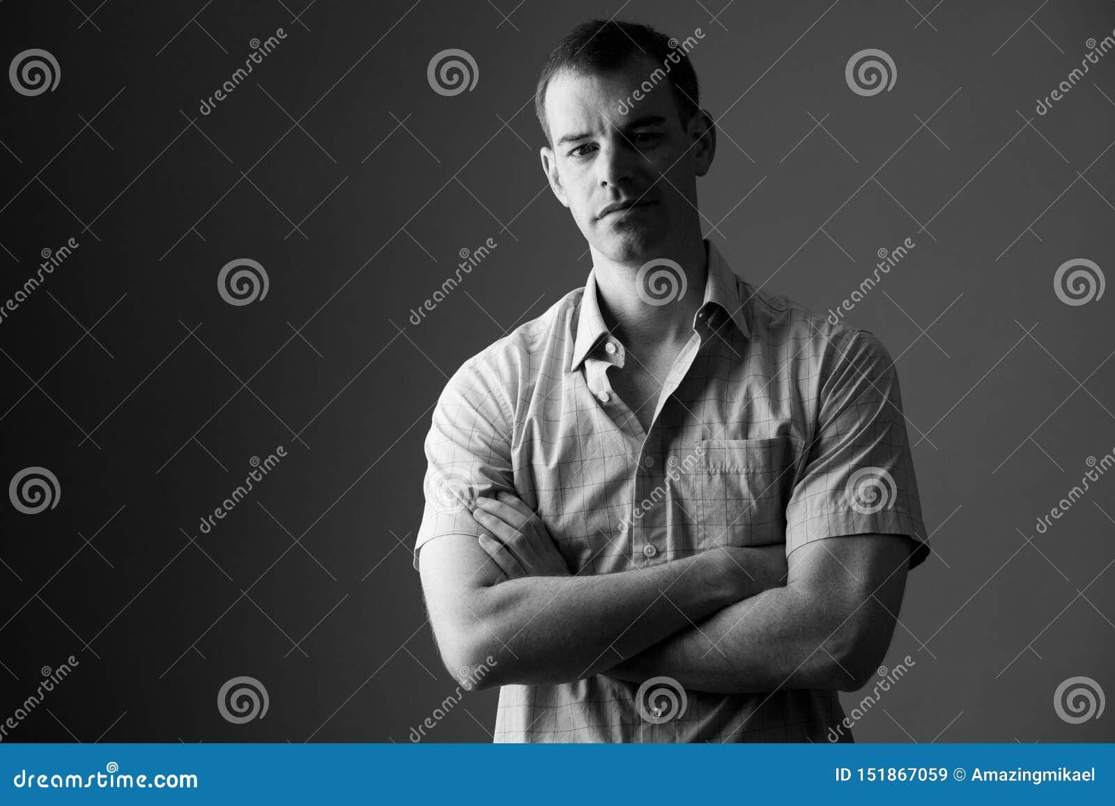 Retrato del hombre de negocios con los brazos cruzados en blanco y negro