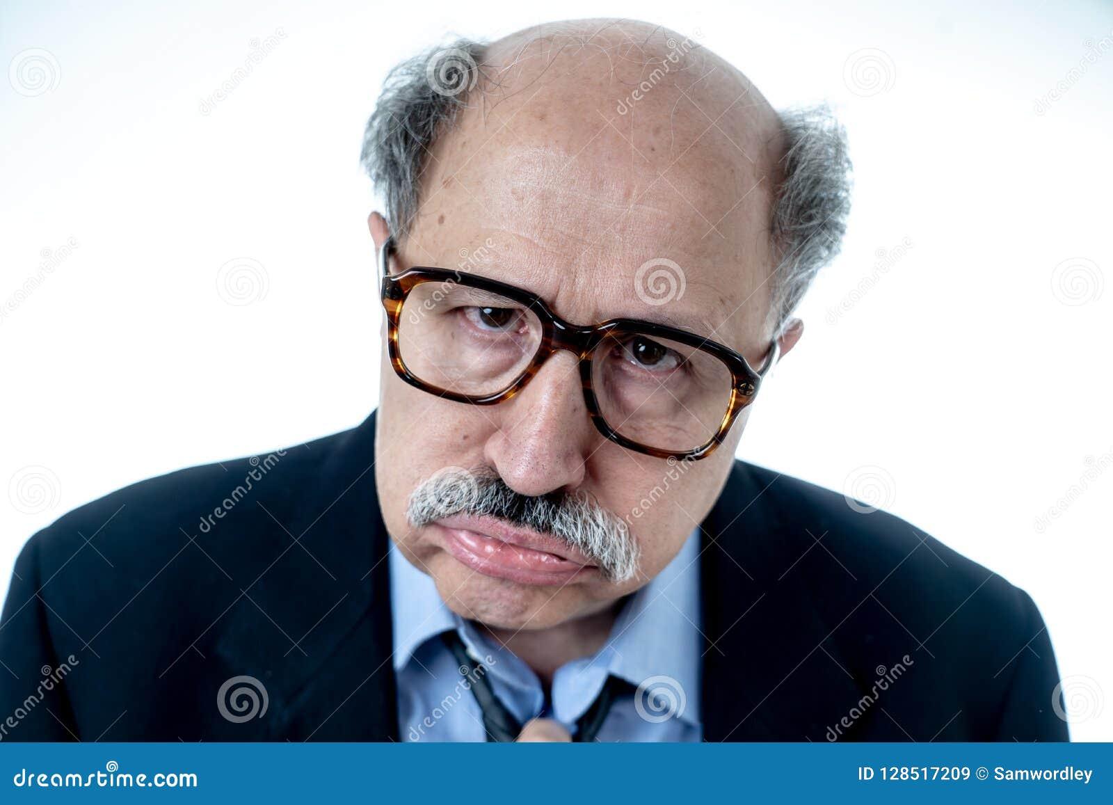 Retrato del hombre de negocios mayor cansado y borracho agotado