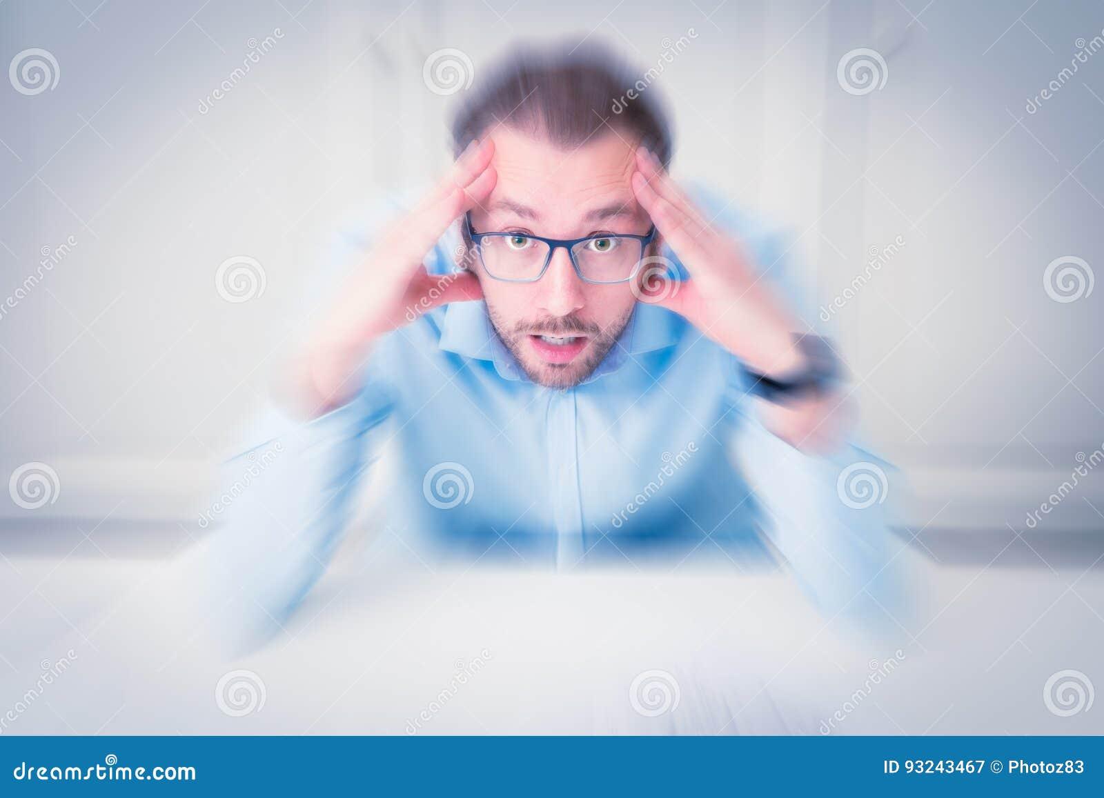 Retrato del hombre de negocios subrayado con las manos en su cabeza