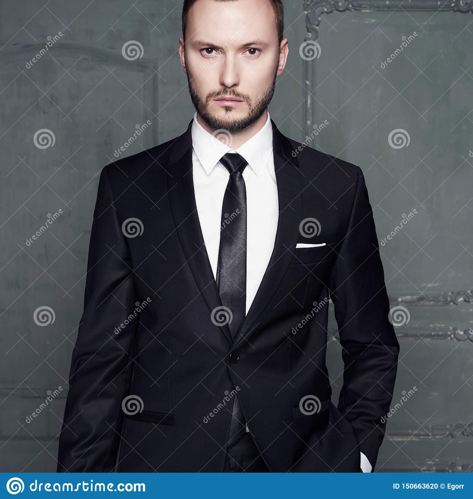 Retrato del hombre elegante hermoso en traje negro elegante