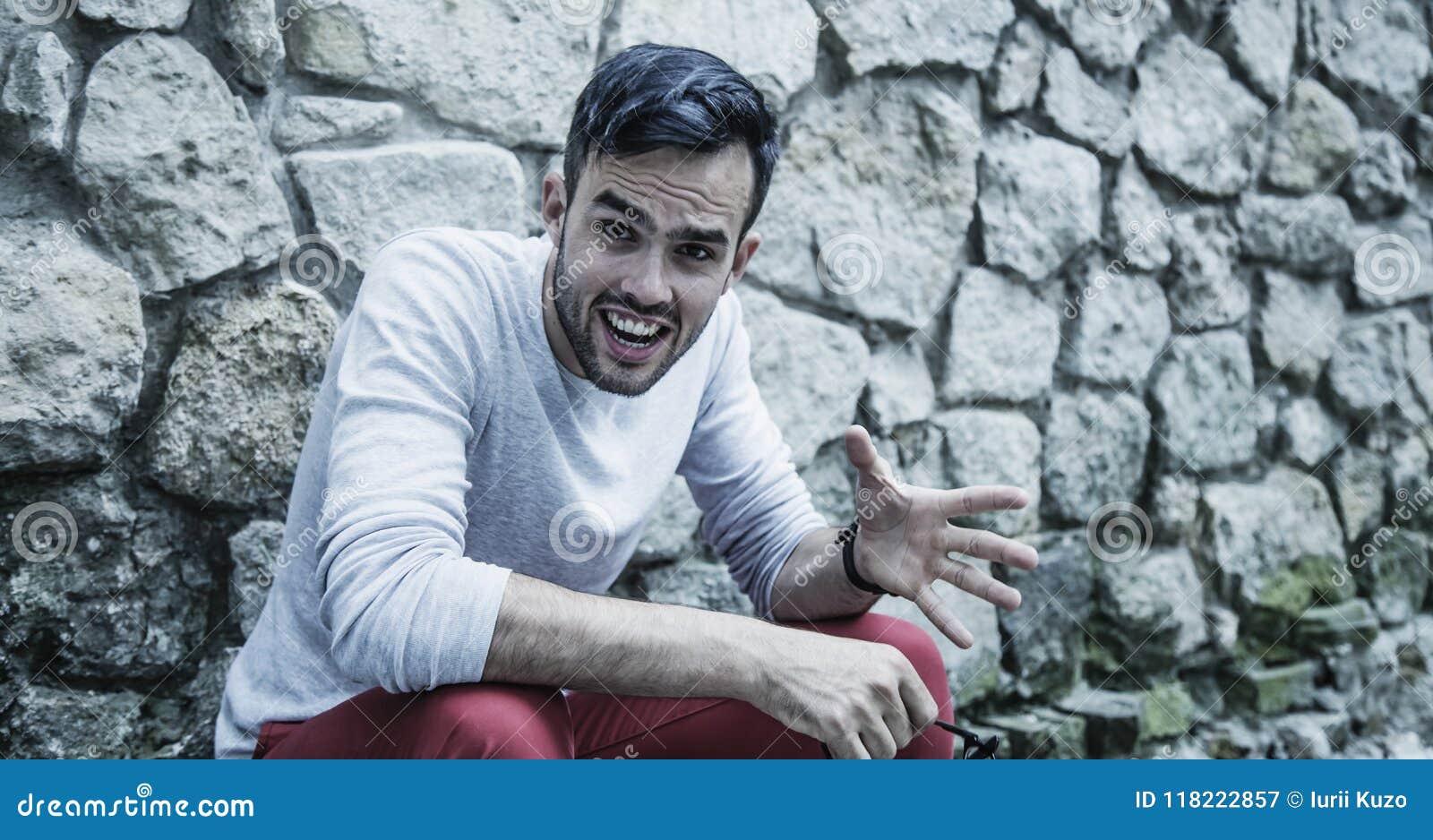 Retrato del hombre enojado, frustrado Dolor fuerte y emociones negativas, concepto de las expresiones faciales