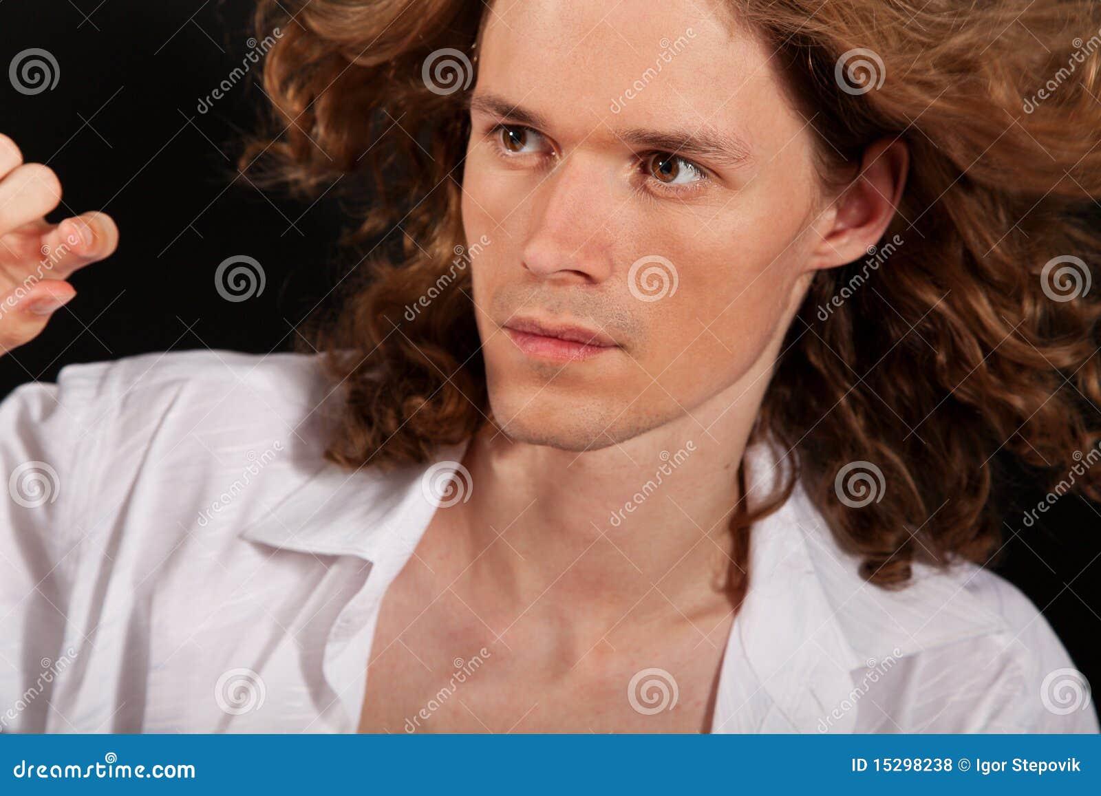 Retrato del hombre hermoso de pelo largo