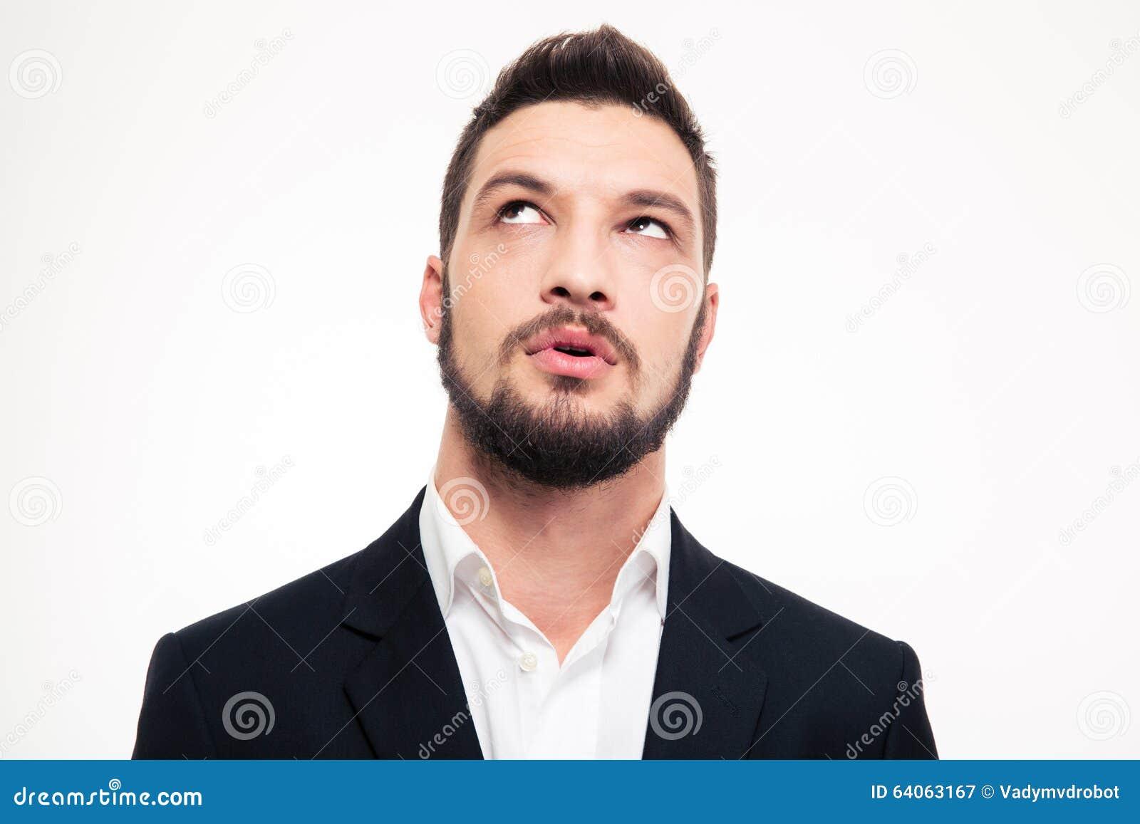 Retrato del hombre joven atractivo pensativo que piensa y que mira para arriba