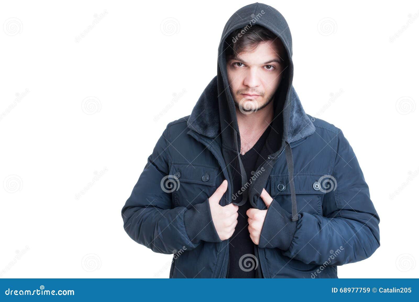 Retrato del hombre joven que lleva la sudadera con capucha y la chaqueta negras