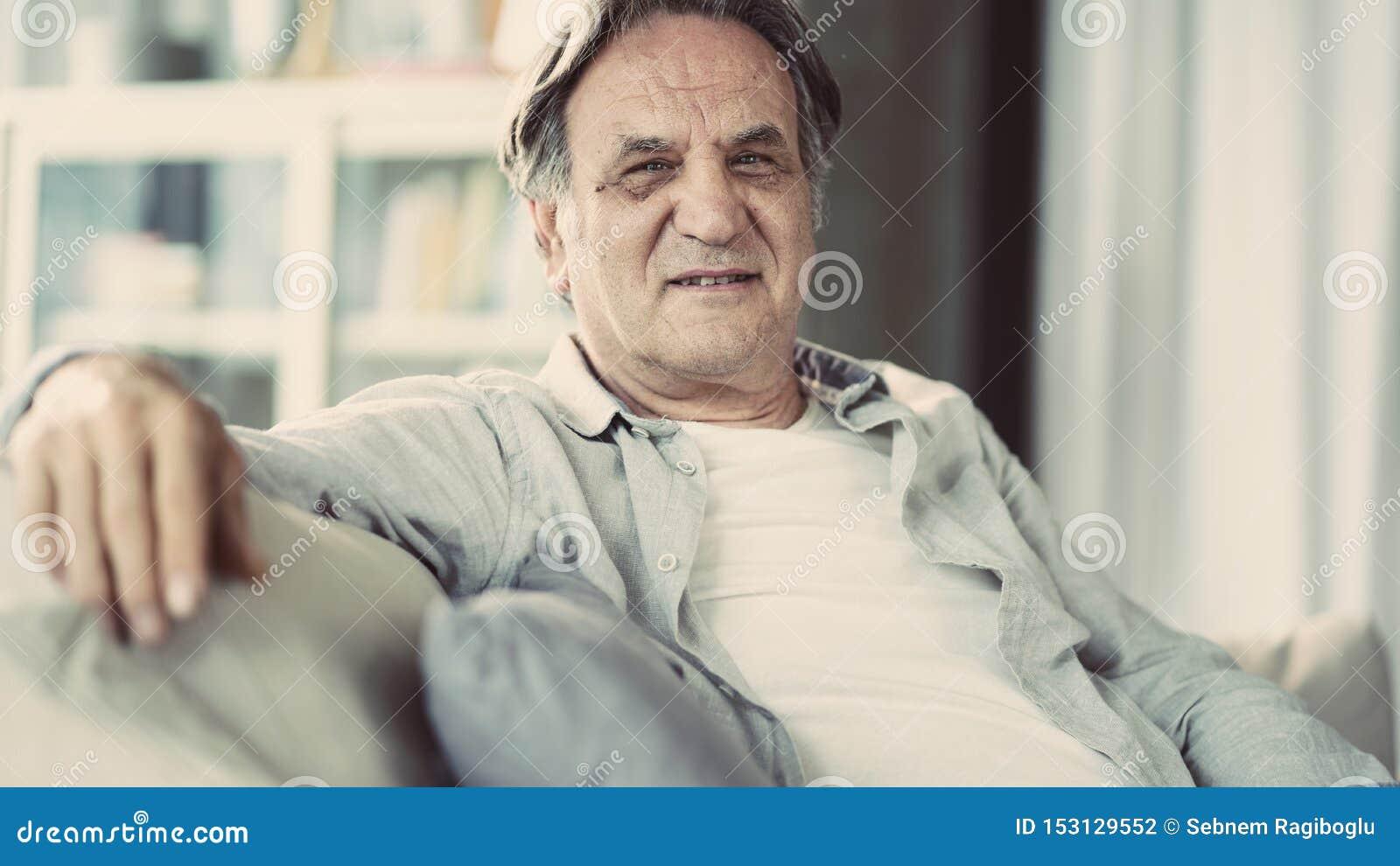 Retrato del hombre mayor en casa