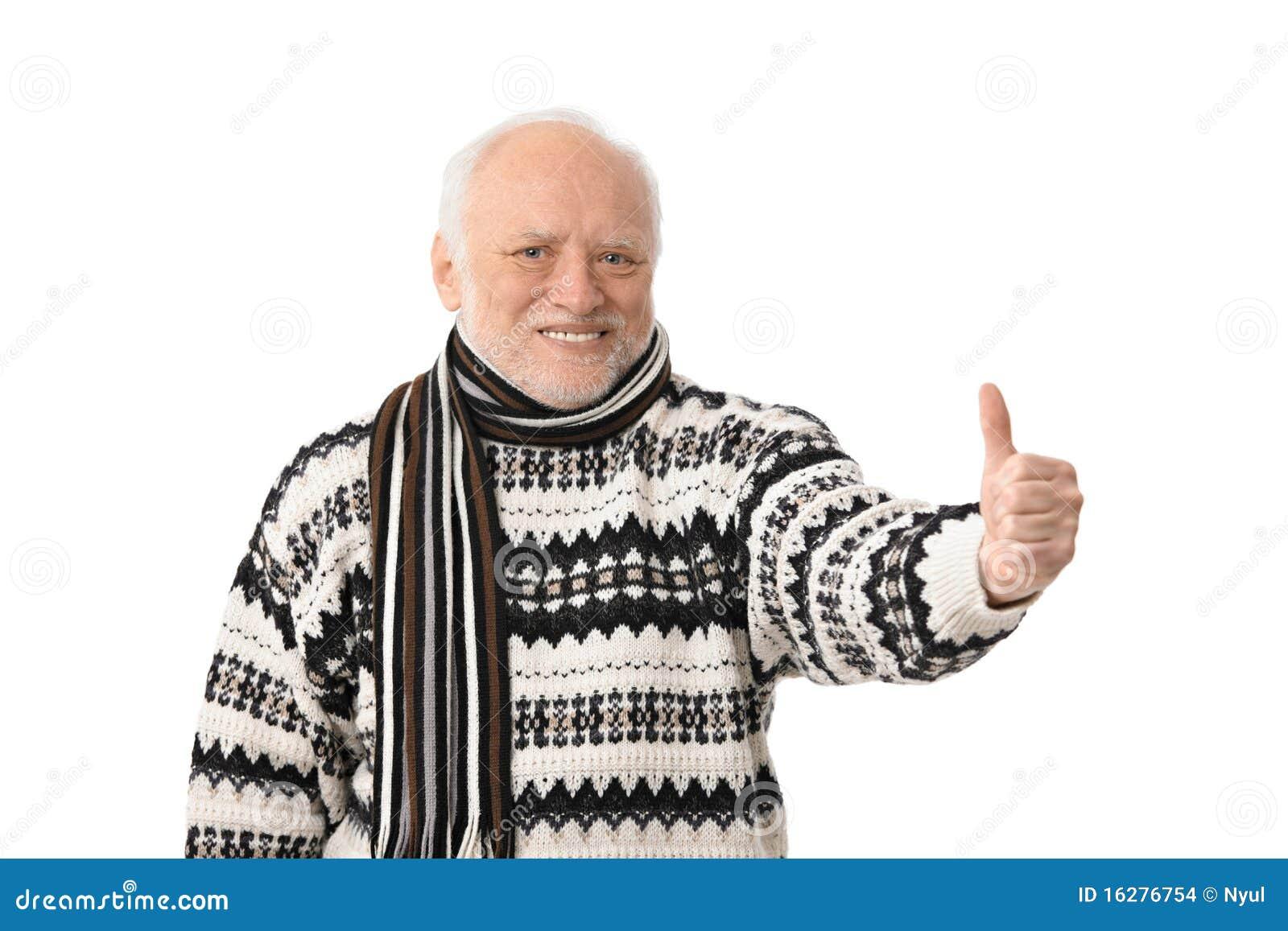 Retrato del hombre mayor feliz con el pulgar para arriba