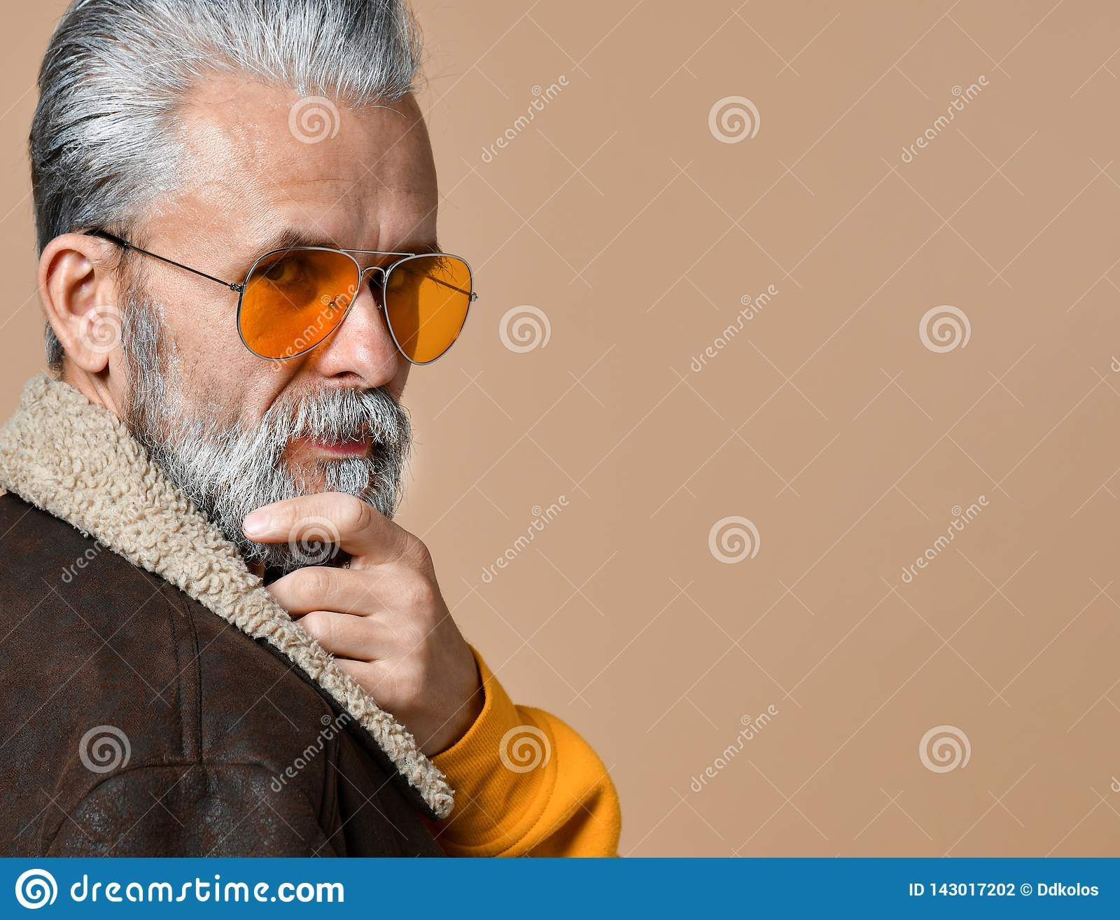 Retrato del hombre mayor pensativo hermoso que mira la cámara