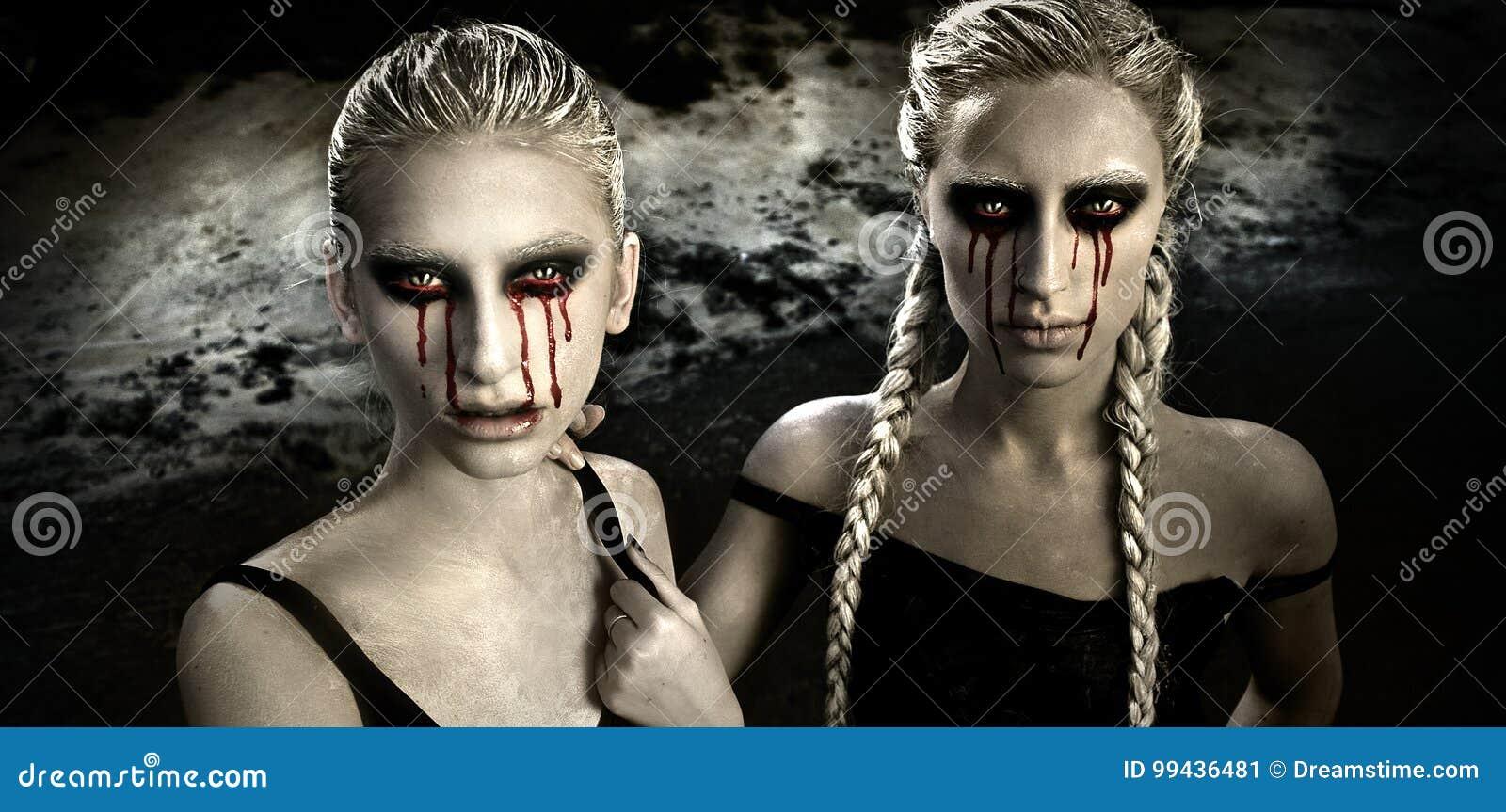 Retrato del horror con dos muchachas del albino con los rasgones sangrientos