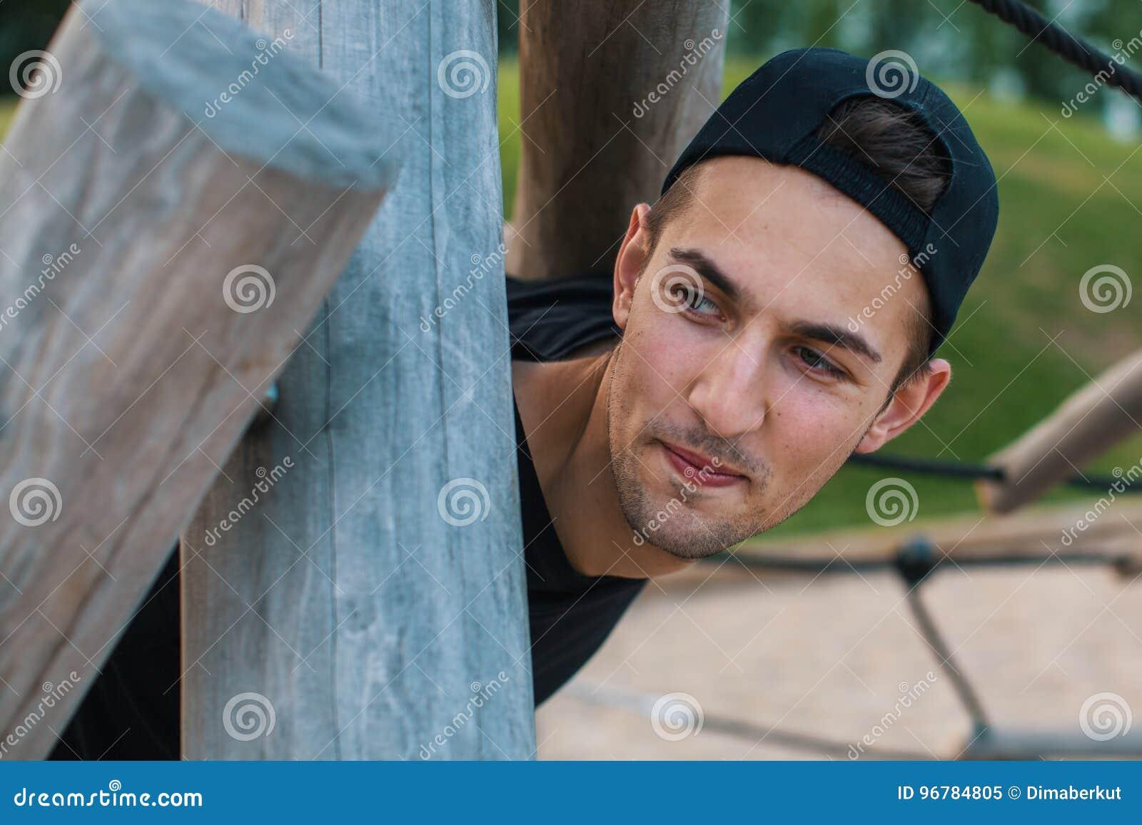 Retrato del individuo divertido al aire libre
