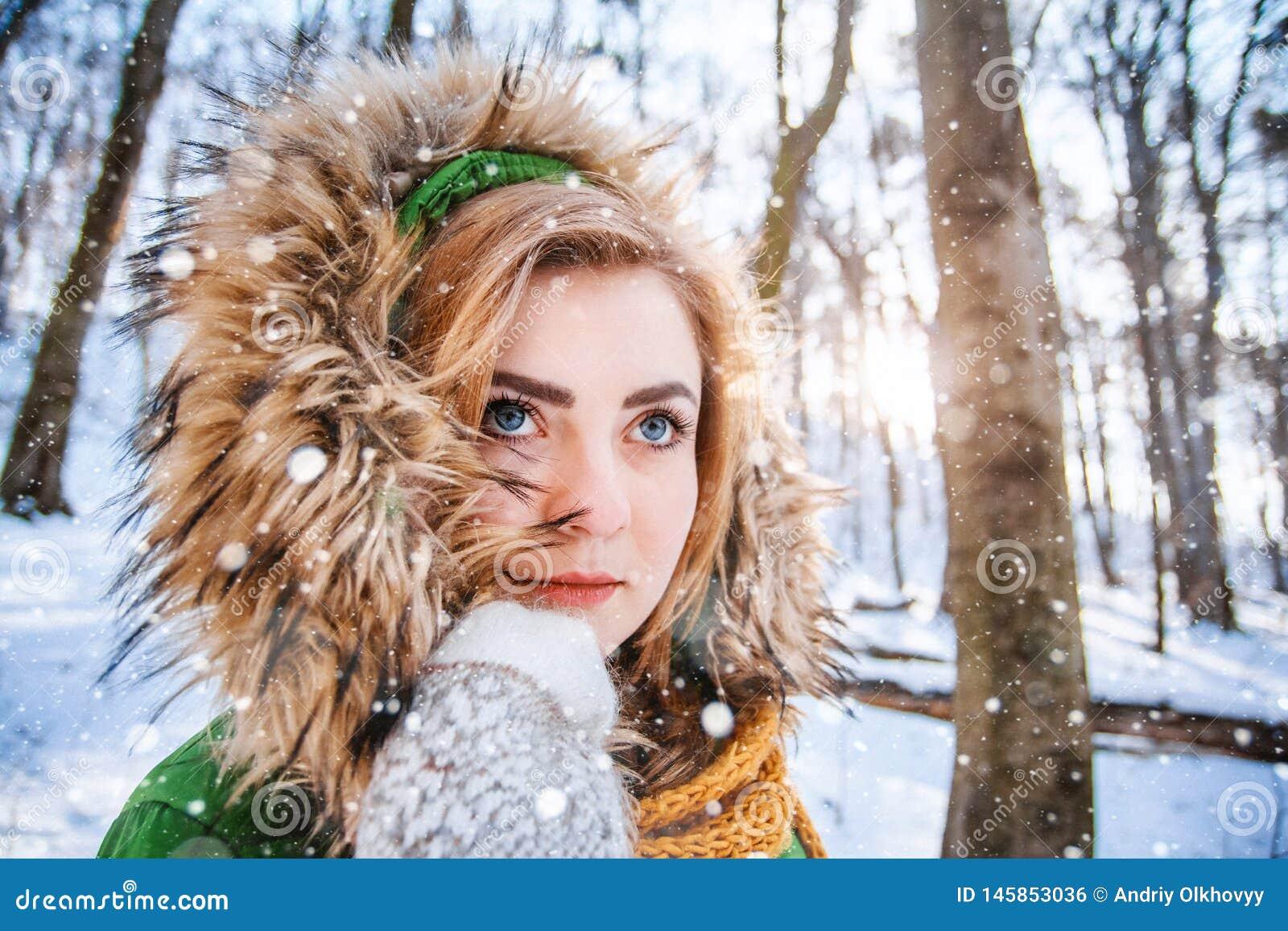 Retrato del invierno de la mujer joven Retrato del primer de la muchacha feliz Expresando positividad, verdad las emociones brigh
