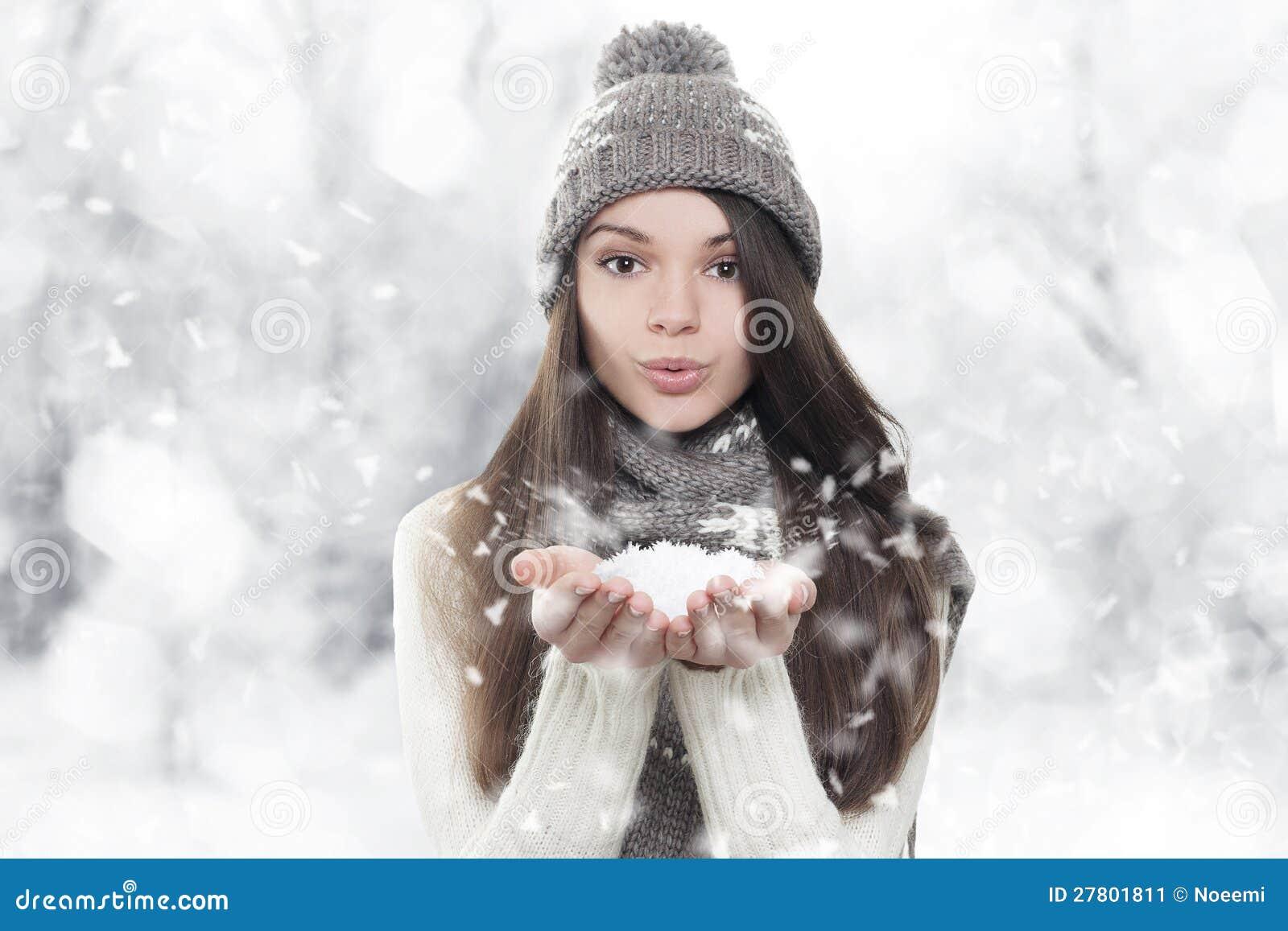 Retrato del invierno. Nieve que sopla de la mujer joven, hermosa