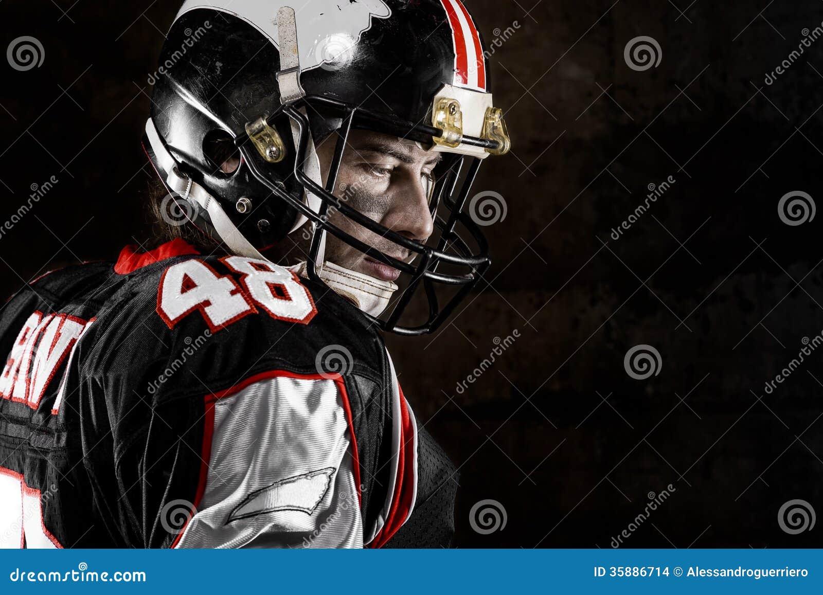 Retrato del jugador de fútbol americano pensativo