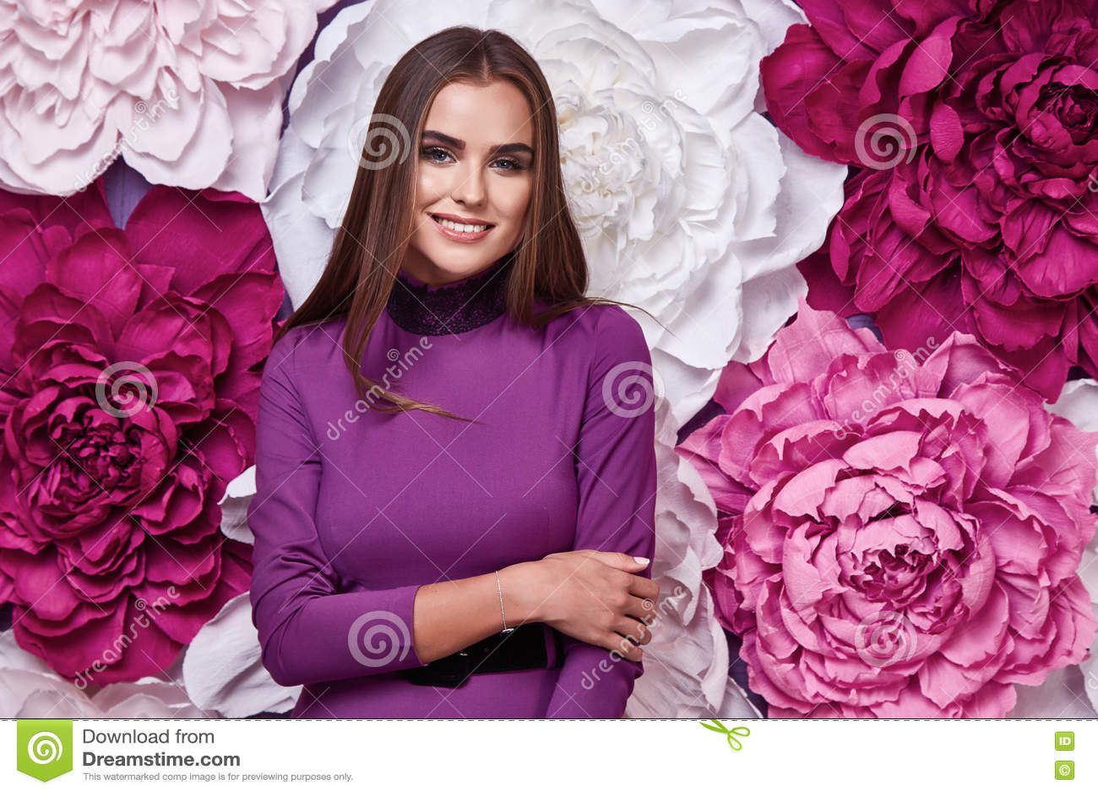 Retrato del maquillaje natural brillante de la mujer atractiva hermosa joven