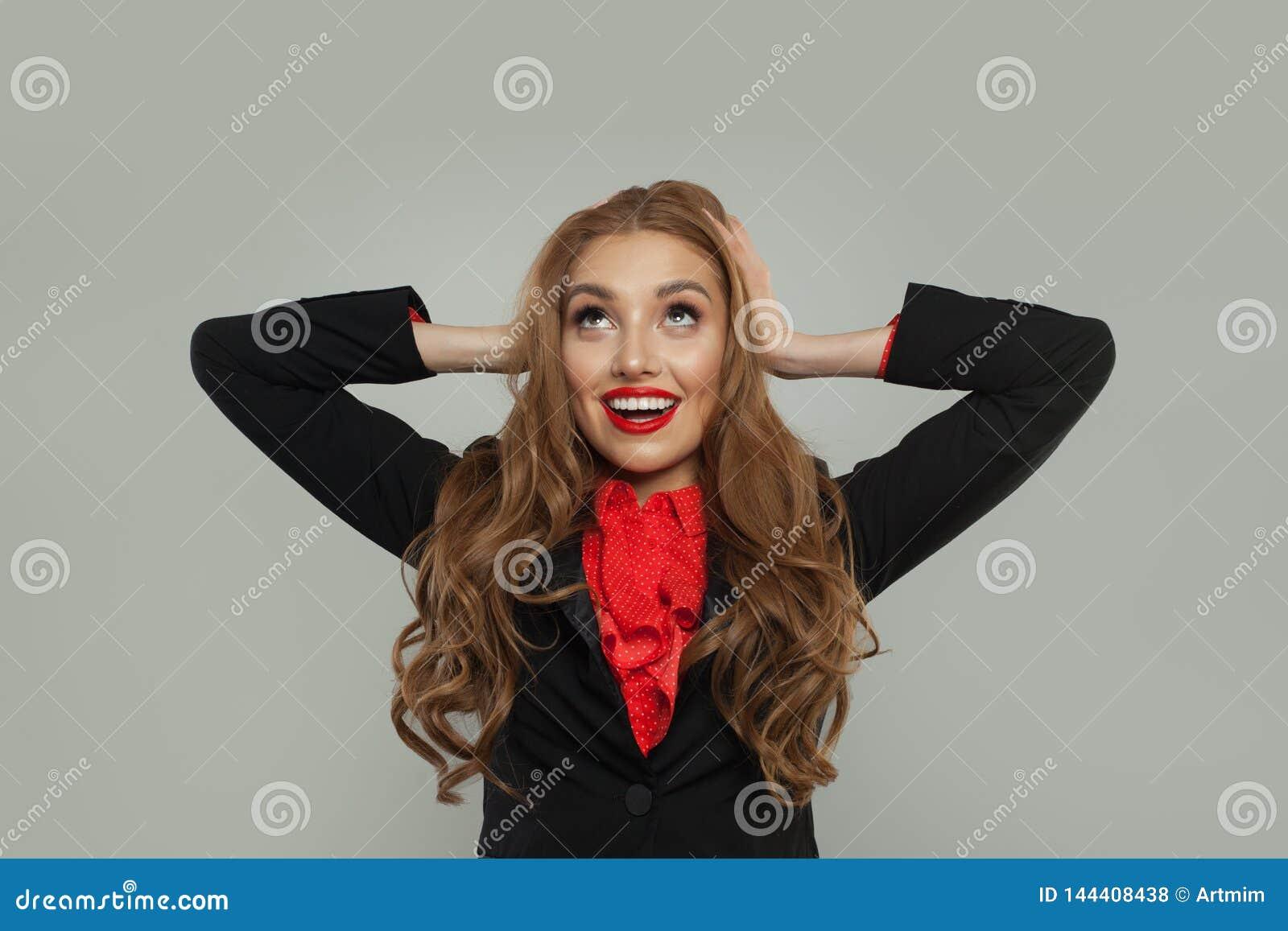 Retrato del modelo bonito feliz que sonríe y que mira para arriba