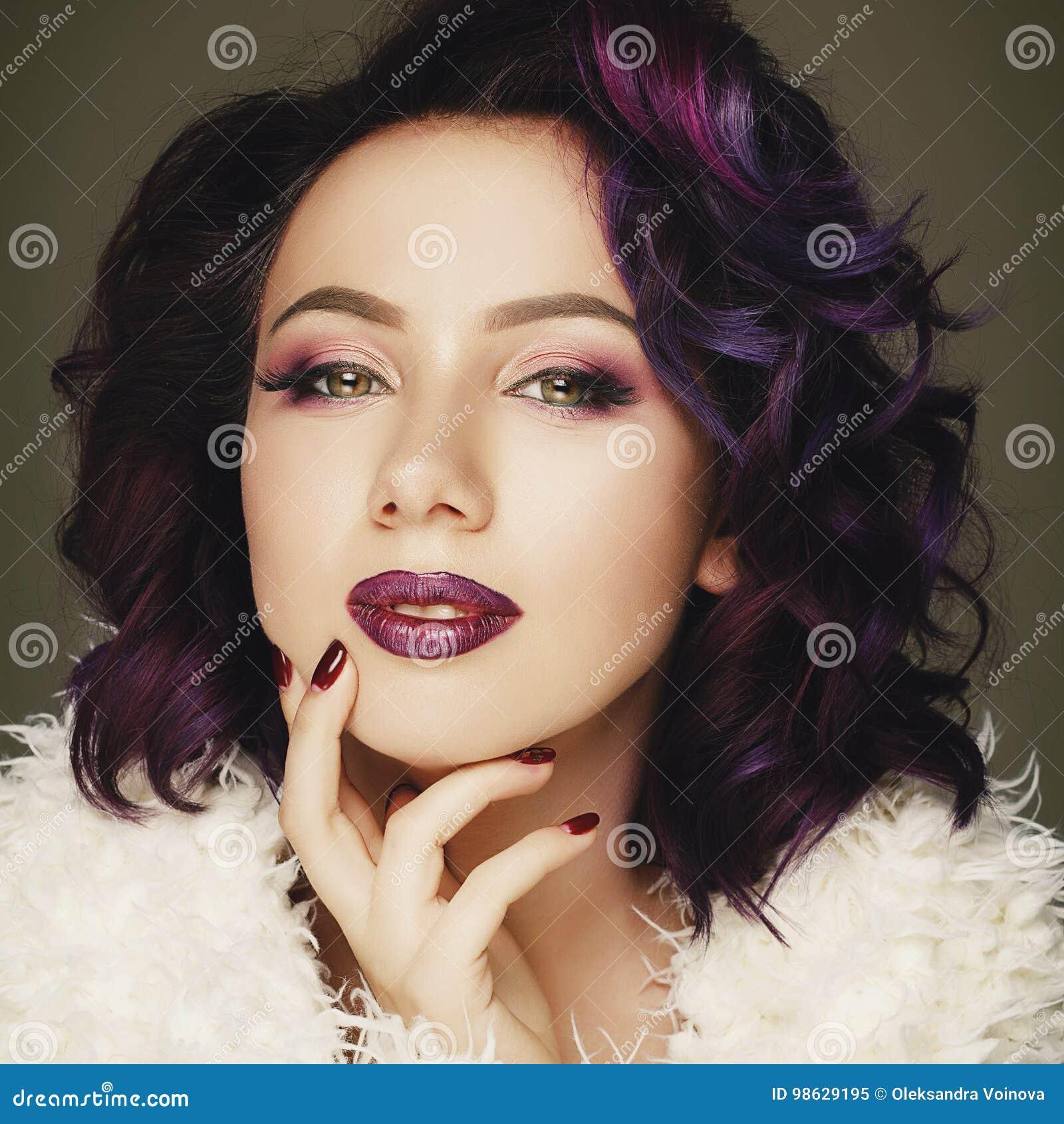 Retrato del modelo de moda atractivo hermoso con el pelo púrpura sobre g