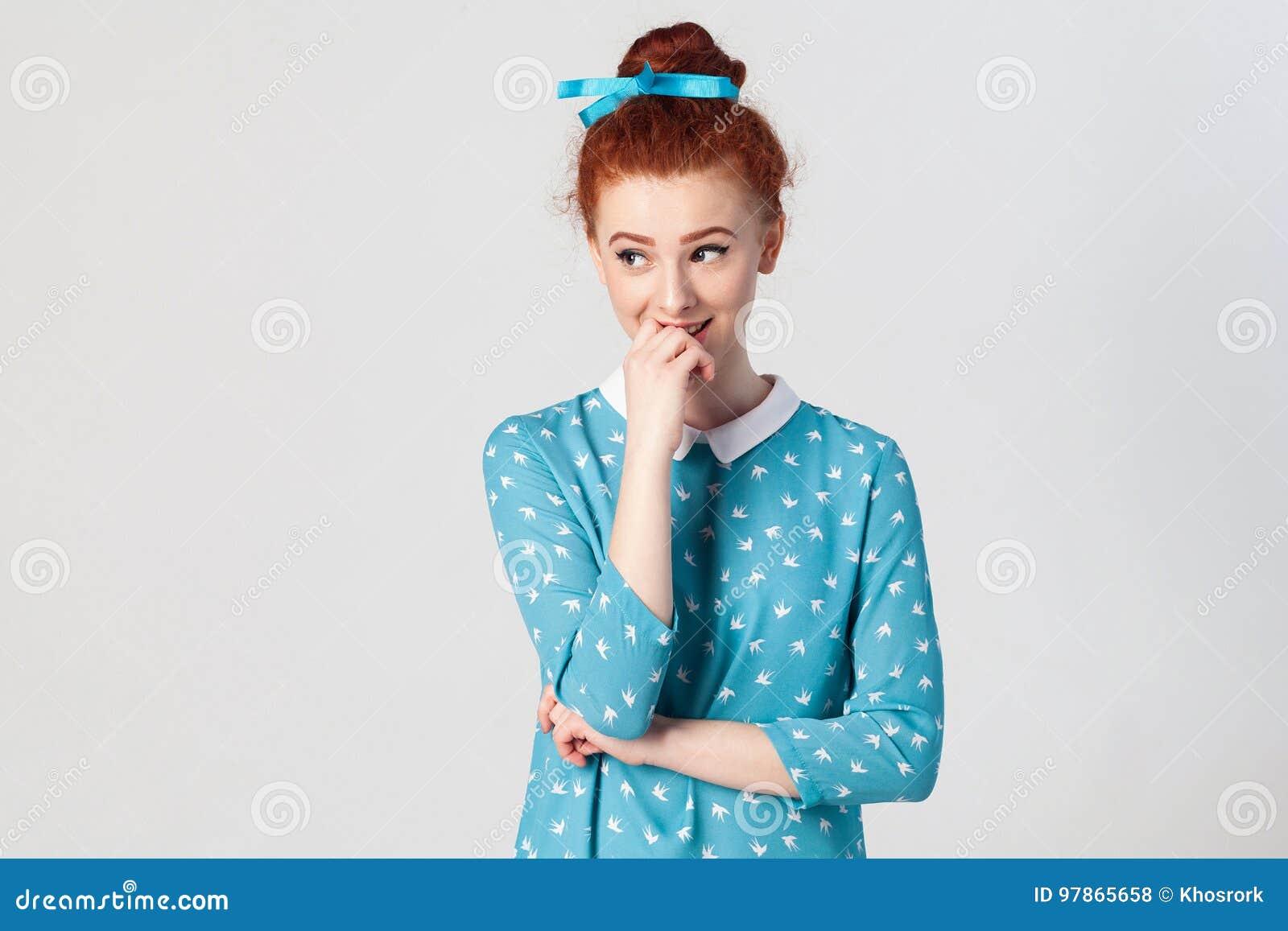 639159bab ... de la juventud y de la dulzura Retrato del modelo femenino del  pelirrojo joven que tiene sonrisa linda tímida
