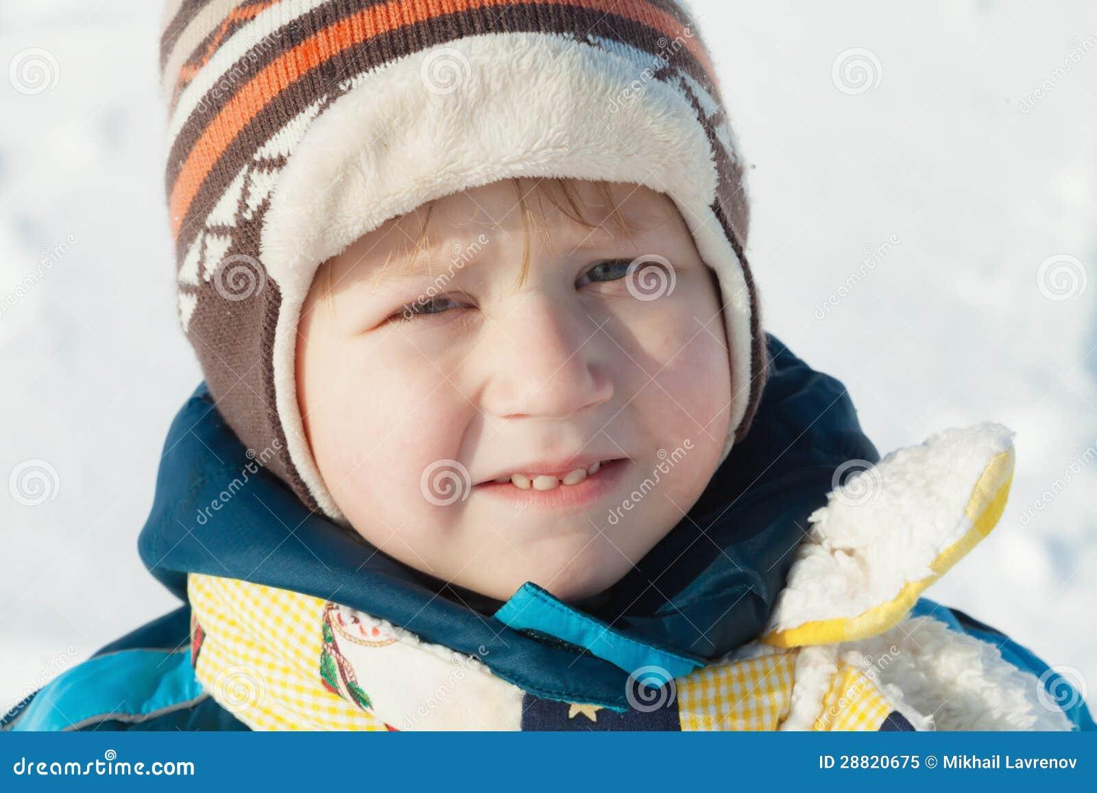 Retrato del muchacho en paños del invierno al aire libre